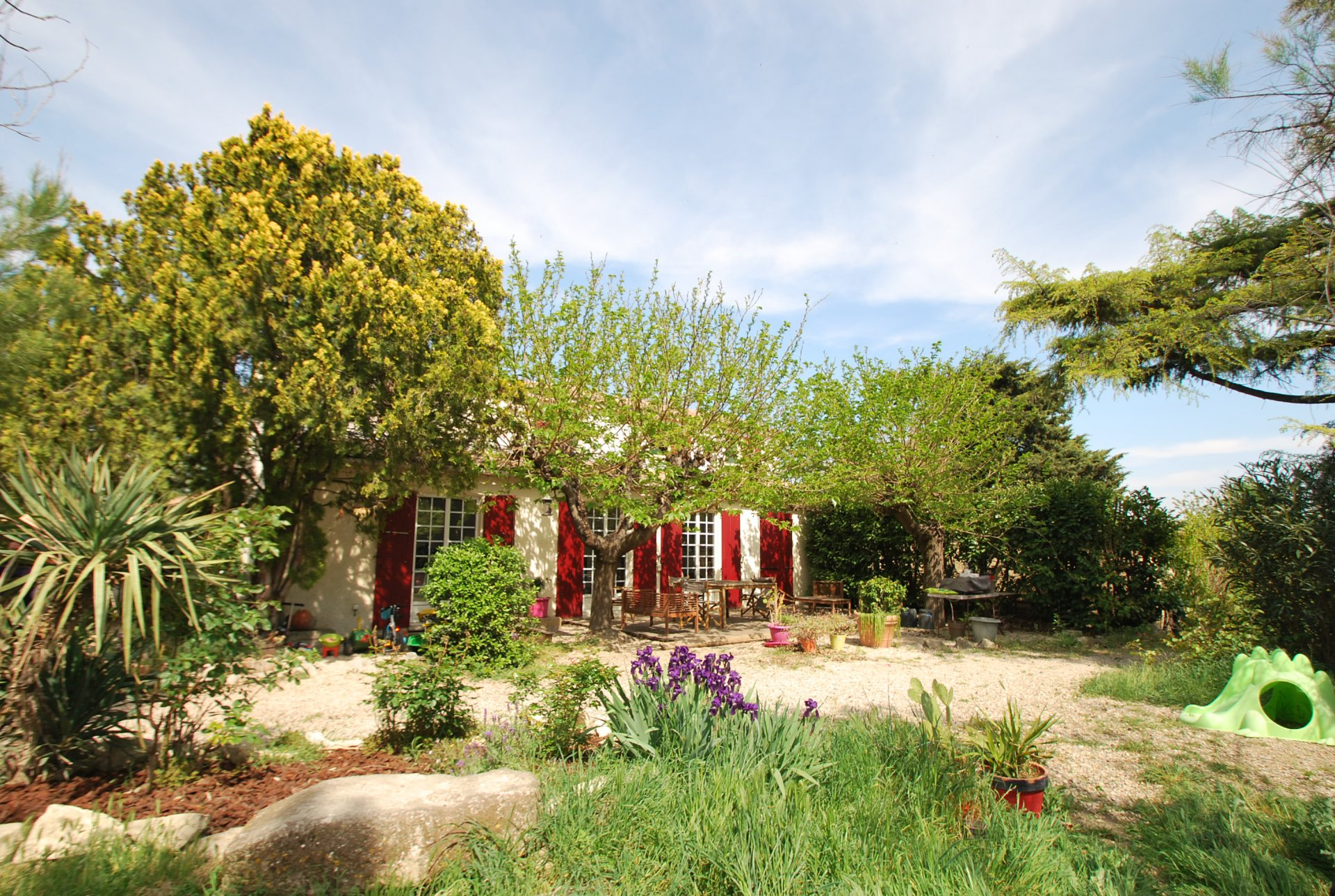 4 bedroom house with outbuildings for sale on the outskirts of Arles