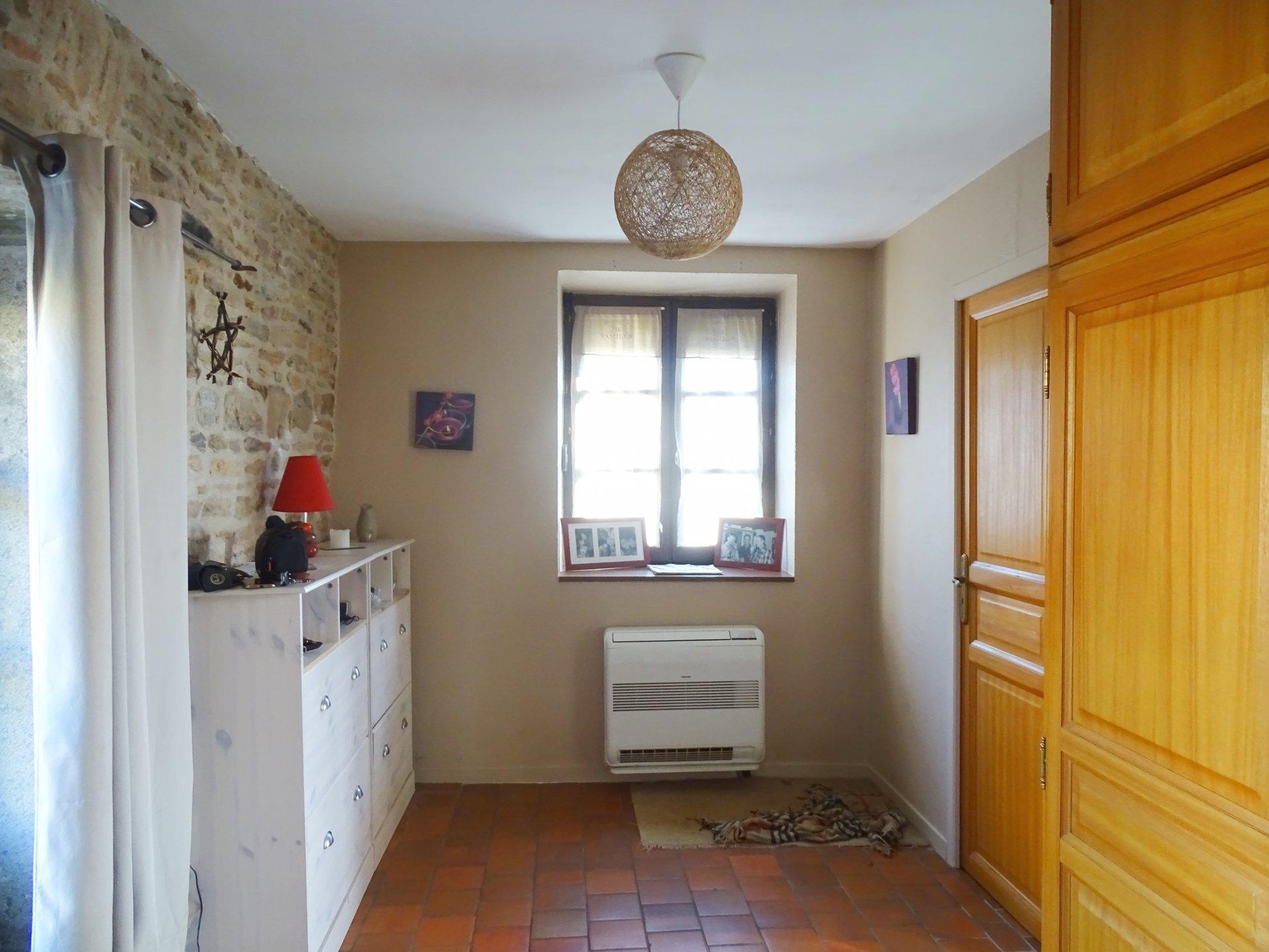 Verzé, au calme, venez découvrir cette très belle maison vigneronne rénovée offrant une surface habitable de 180 m². Elle dispose d'une entrée desservant une vaste cuisine équipée, d'un salon, d'une salle à manger avec son accès à la terrasse (60 m²), d'une salle de bains (douche et baignoire), de quatre grandes chambres ainsi qu'un toilette avec lave mains. Vous serez séduits par ses beaux volumes, ses prestations de qualités, ainsi que sa vue dégagée. Véritable maison en pierre élevée sur caves avec dépendances. Honoraires à la charge du vendeur.