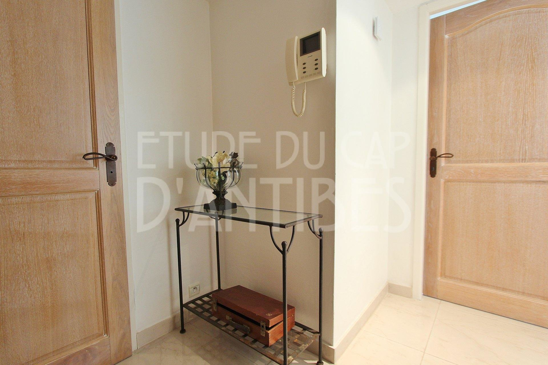 Nice ground floor 2 bedroom apartment to sell in Cap d'Antibes