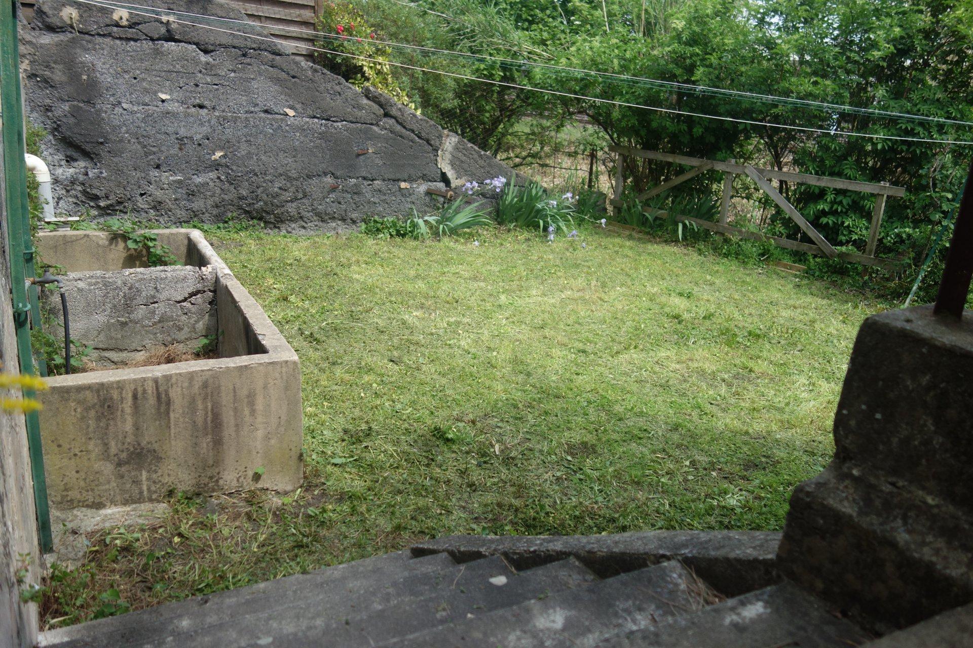Immeuble en pierre avec jardin