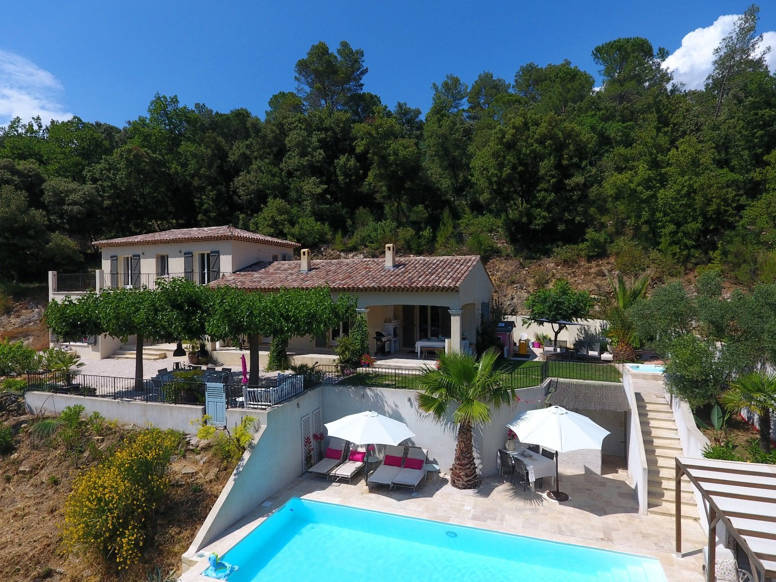 Large family house 5 bedrooms, 4 bathrooms and a heated pool and nice view
