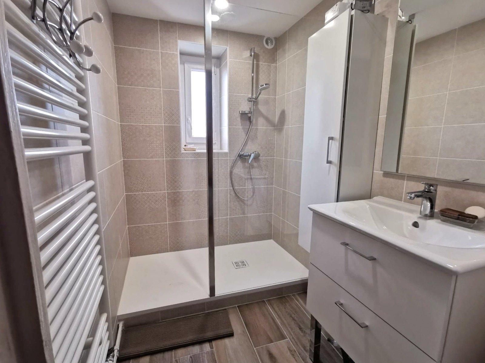 Au calme absolu, venez découvrir cette belle maison de village rénovée avec soin d'une surface habitable de 107 m² avec une terrasse arborée de 40 m², un garage et une cave. Ce bien dispose d'une belle entrée donnant sur une vaste pièce de vie avec cuisine équipée, de trois chambres, d'une salle d'eau, d'un toilette, ainsi que d'une pièce de 30 m² pouvant être aménagée selon vos besoins. Maison très chaleureuse, soigneusement entretenue, aucun travaux à prévoir. A découvrir sans tarder. Honoraires à la charge du vendeur.