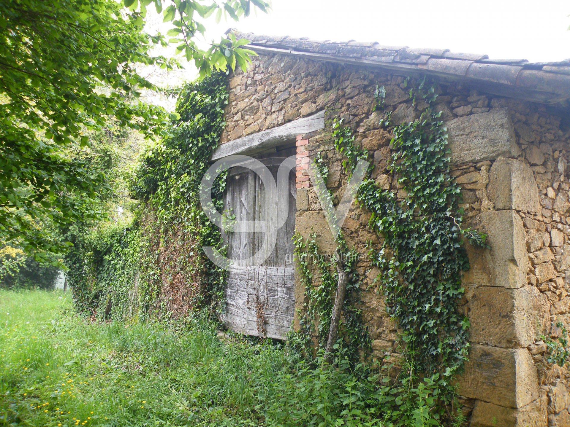 Petit corps de ferme typique châtaigneraie cantalienne à restaurer