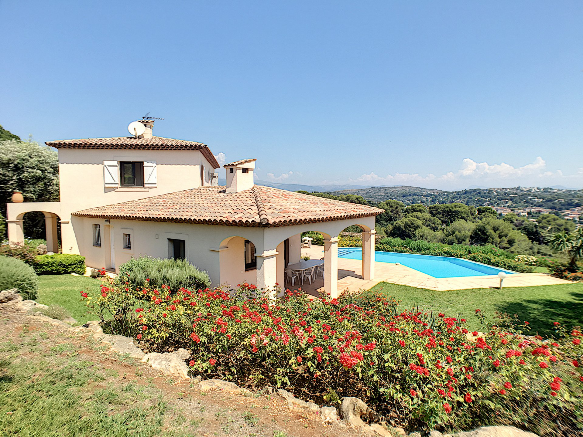 Villa with panoramic view on the village and the sea