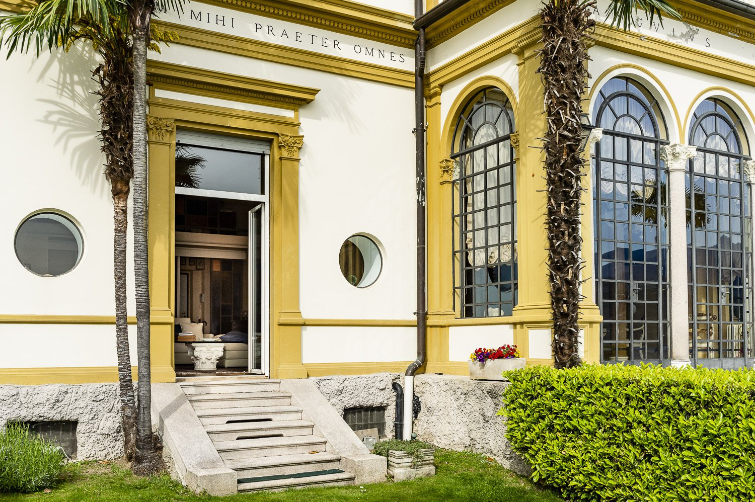 Apartment for sale in historic villa in Baveno - entrance