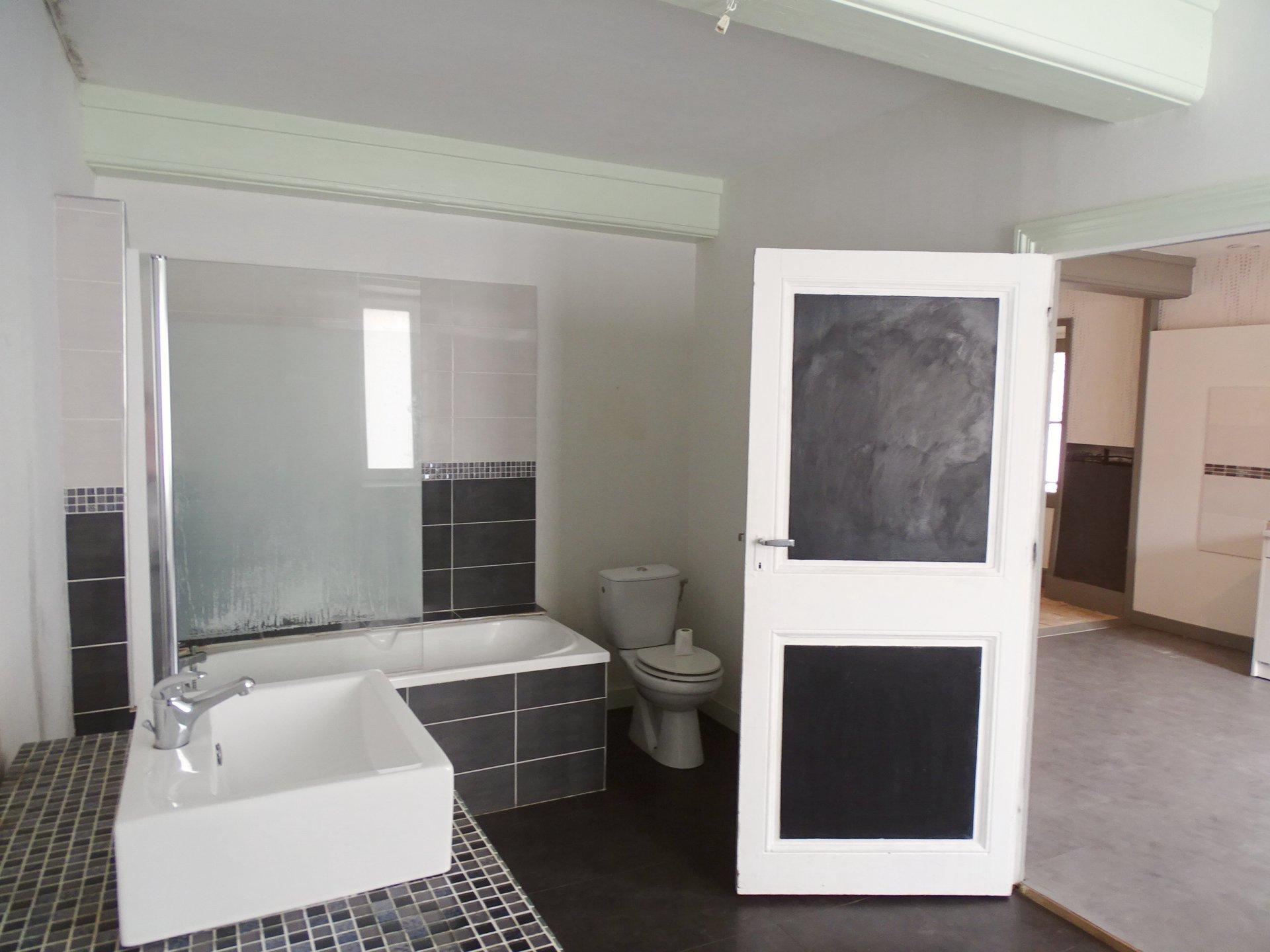 SOUS COMPROMIS Val Lamartinien, dans un village dynamique, à la Roche Vineuse, venez découvrir cette charmante maison typiquement Mâconnaise offrant une surface habitable de 120 m². Ce bien dispose d'une grande pièce de vie de 46 m² avec le coin cuisine, de trois vastes chambres, d'une spacieuse salle de bains avec toilette ainsi que d'un grenier aménageable de 90 m² environ. Maison à remettre aux goûts du jour offrant un très beau potentiel. Vous profiterez également d'une jolie cour fermée, un terrain non attenant de 250 m² ainsi que des dépendances. A découvrir sans tarder. Honoraires à la charge du vendeur.