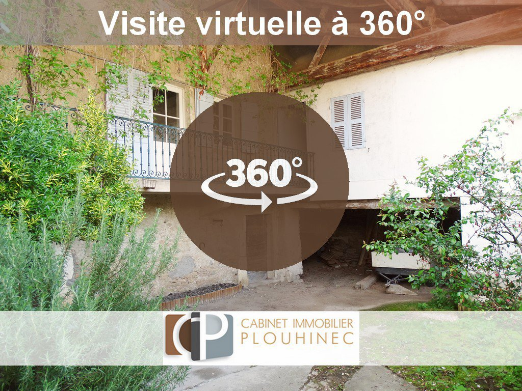 Val Lamartinien, dans un village dynamique, à la Roche Vineuse, venez découvrir cette charmante maison typiquement Mâconnaise offrant une surface habitable de 120 m². Ce bien dispose d'une grande pièce de vie de 46 m² avec le coin cuisine, de trois vastes chambres, d'une spacieuse salle de bains avec toilette ainsi que d'un grenier aménageable de 90 m² environ. Maison à remettre aux goûts du jour offrant un très beau potentiel. Vous profiterez également d'une jolie cour fermée, un terrain non attenant de 250 m² ainsi que des dépendances. A découvrir sans tarder. Honoraires à la charge du vendeur.