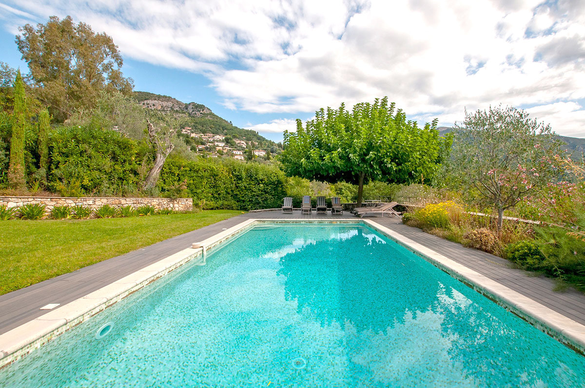 Lovely 4 bedroom family home with pool, sits between Bar sur Loup and Chateauneuf
