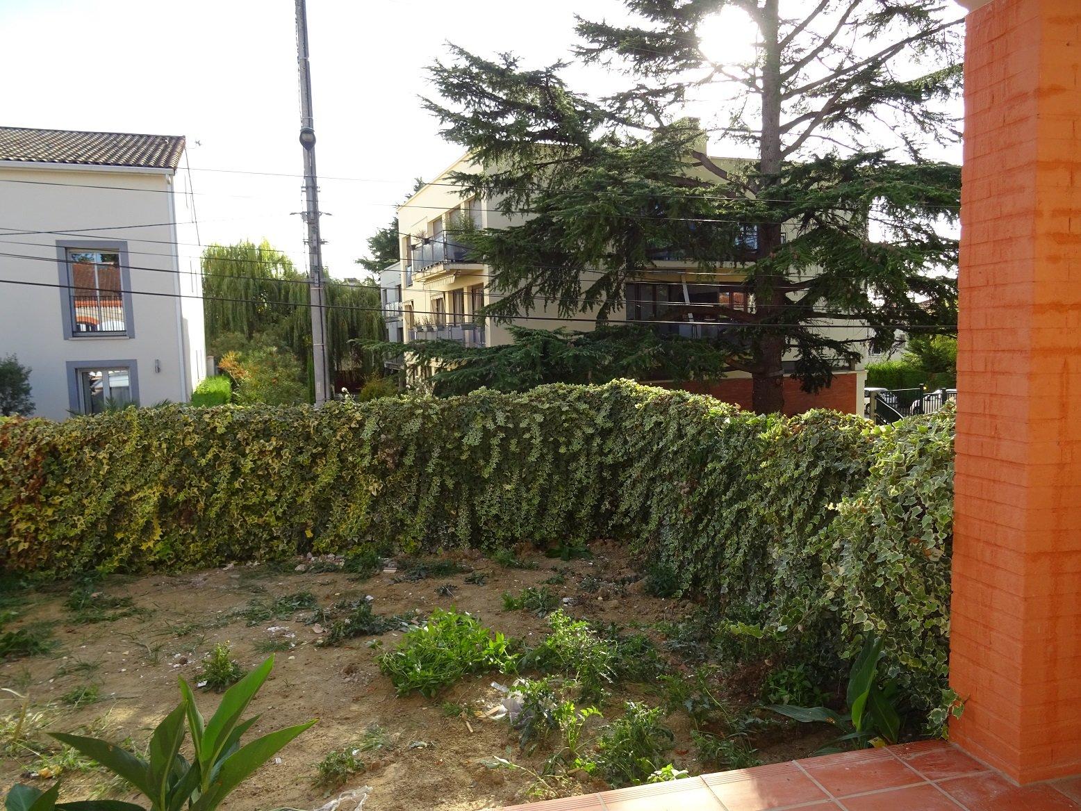 Côte pavée, T2 traversant de 42 m² avec jardin.