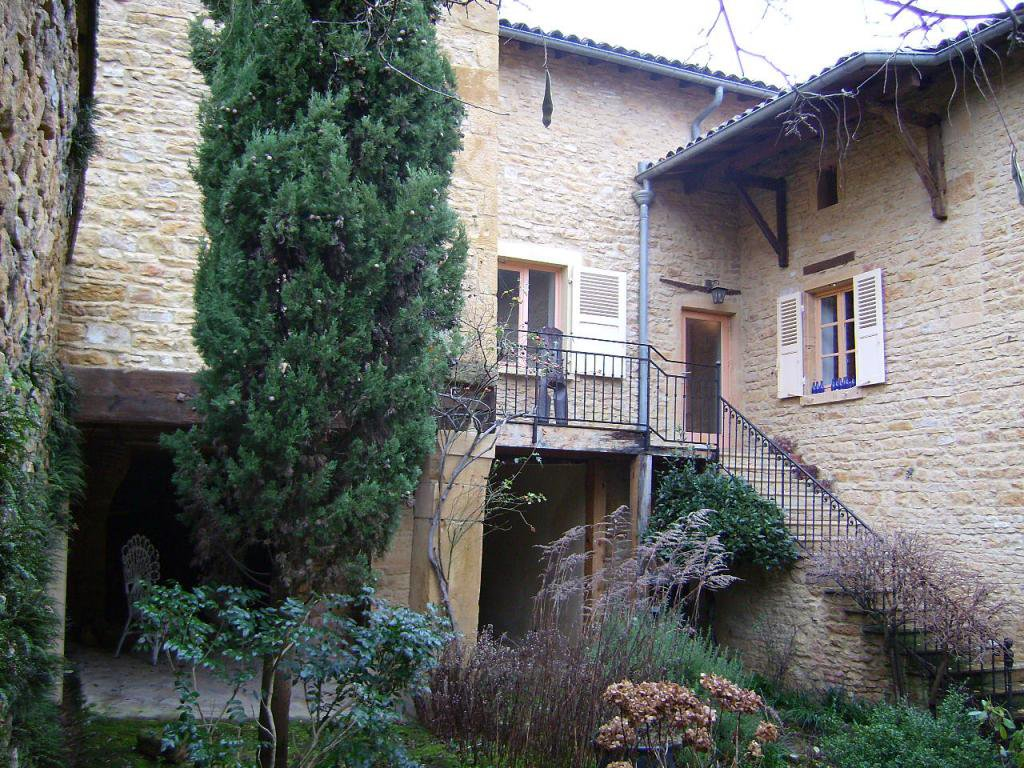 Maison en pierres dorées 183m², 4ch, terrain clos 285m²
