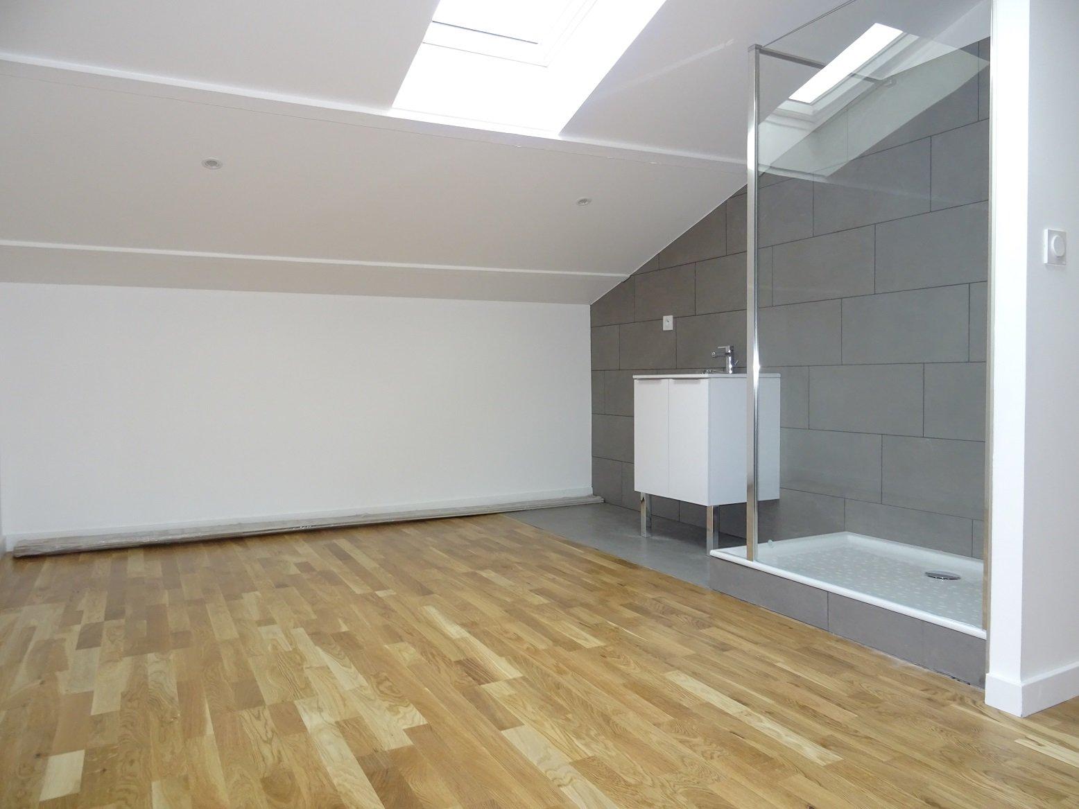 Côte pavée, T3 traversant de 63 m² avec terrasse.