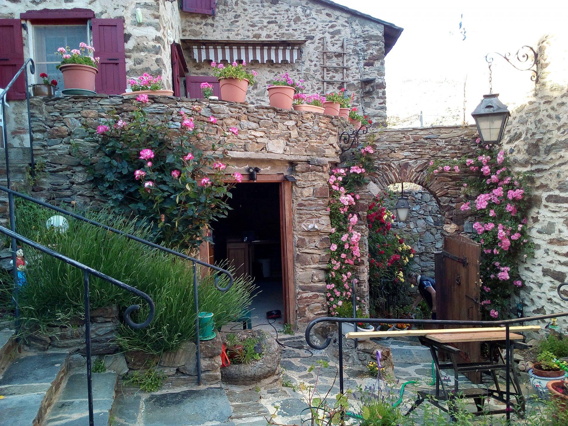 Oreilla- Maison en pierre-jardins- dépendances