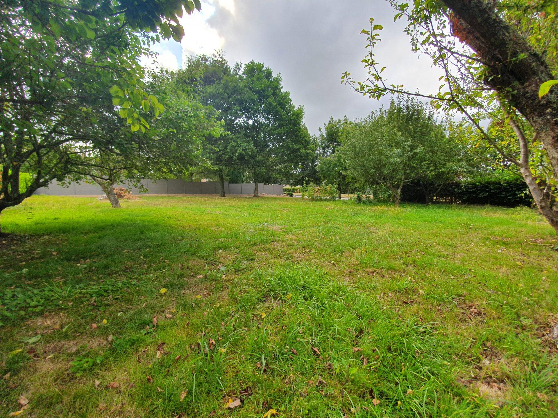 Beau terrain 900 m² proche centre bourg