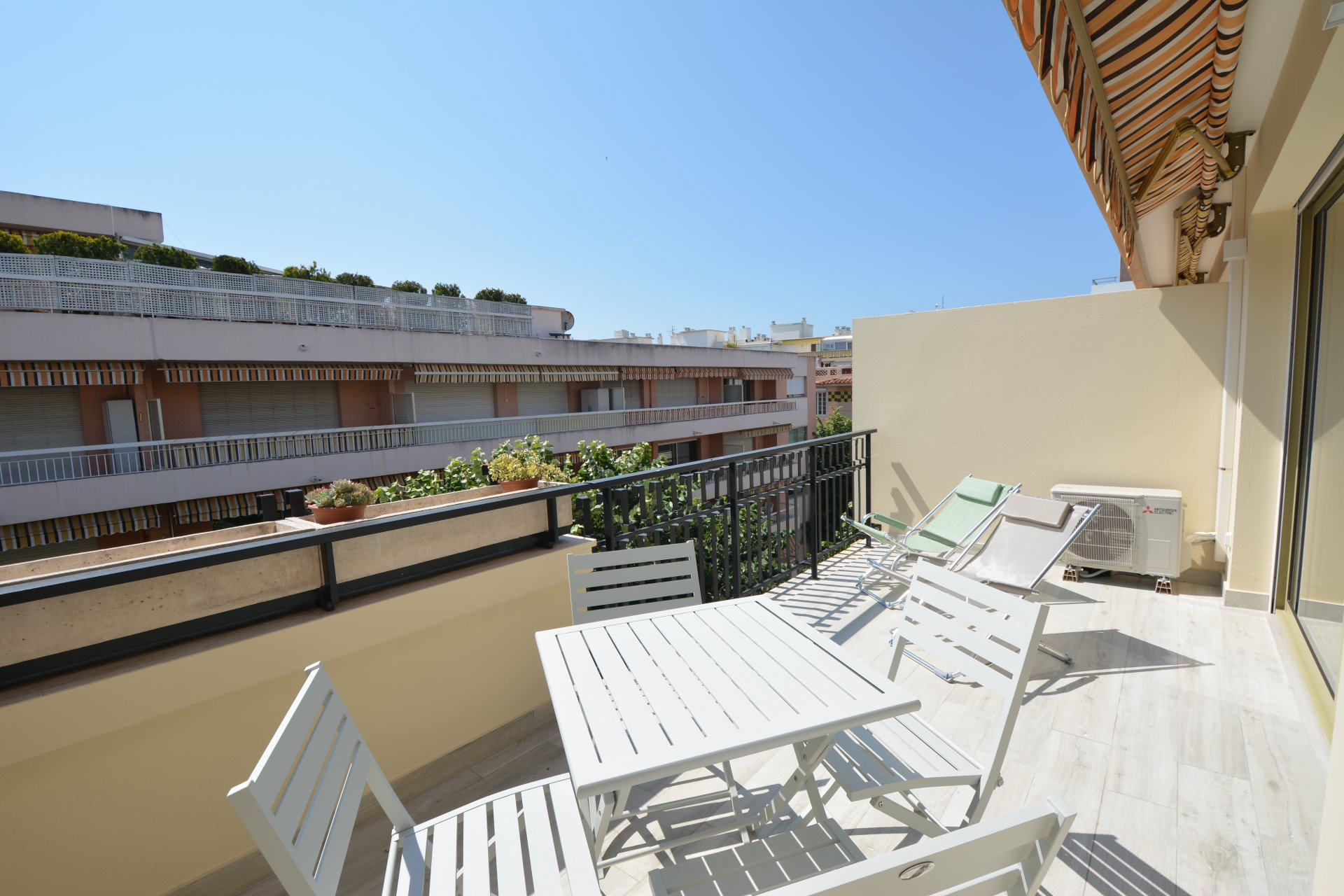 Fully   completely renovated on the top floor - Centre Juan-les-Pins