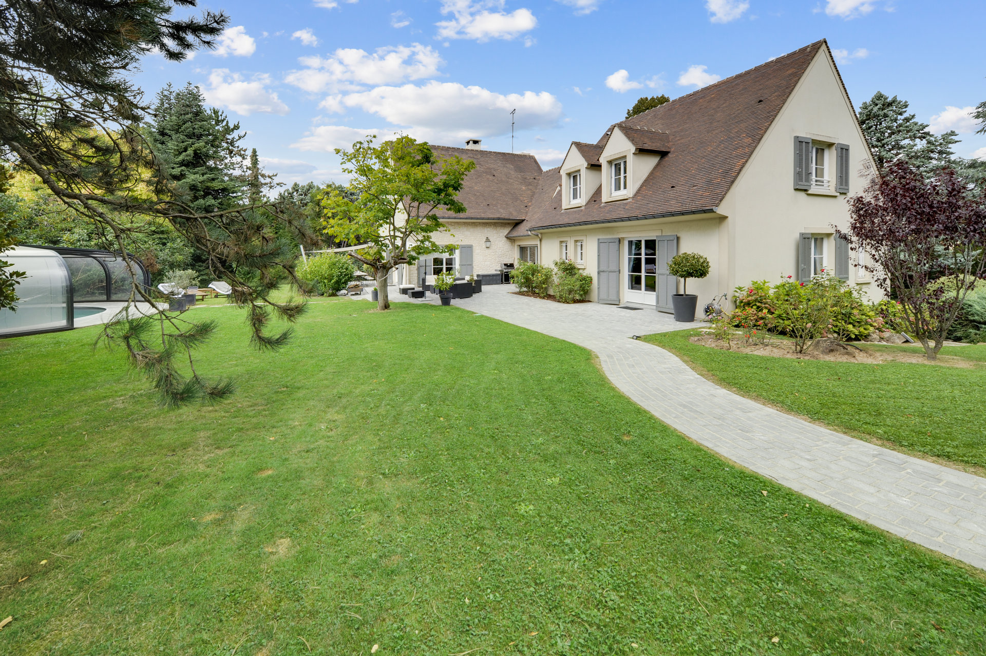 PROPERTY with POOL  in CHAMPS-sur-MARNE