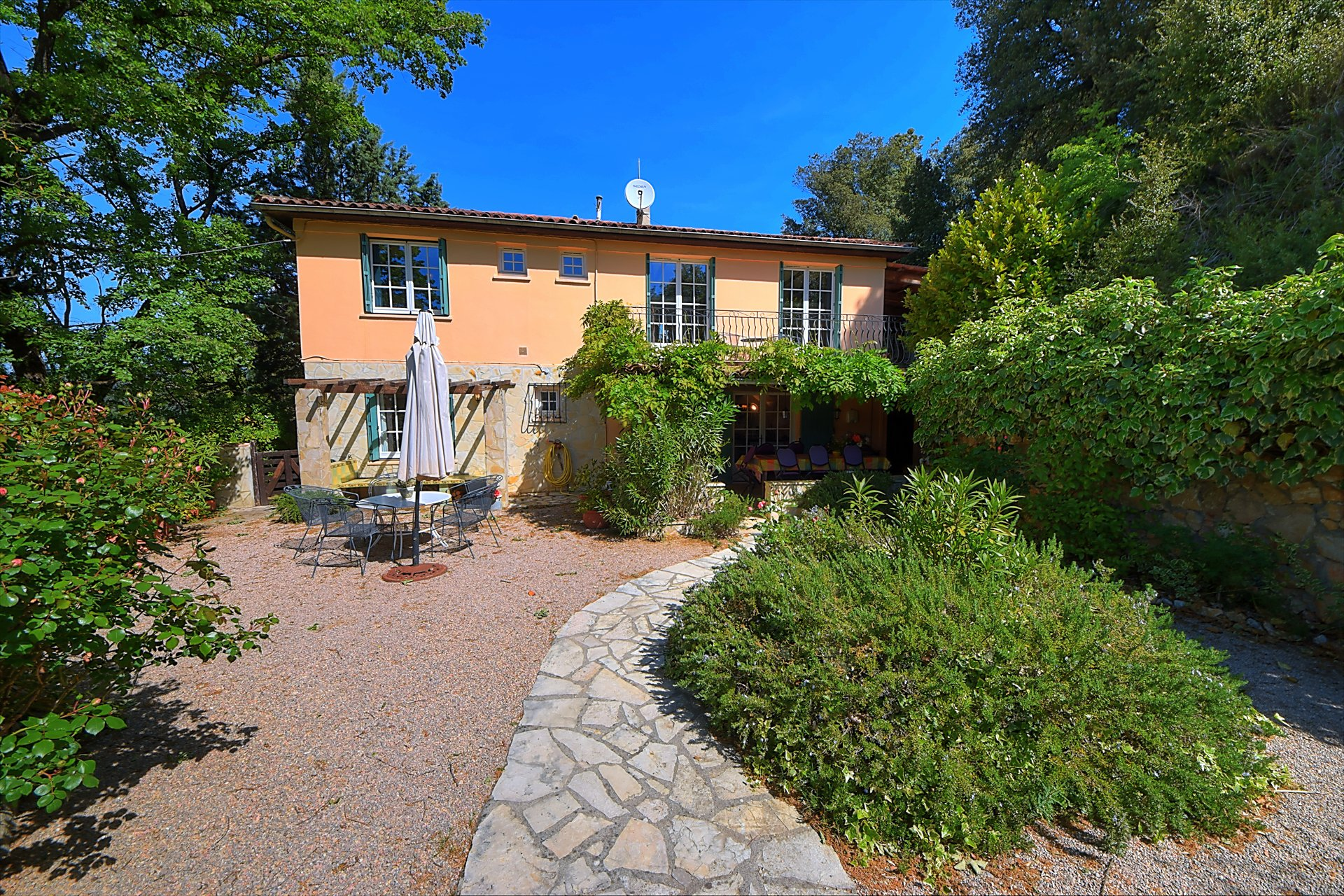 Salernes, walking from the village, pretty villa with pool