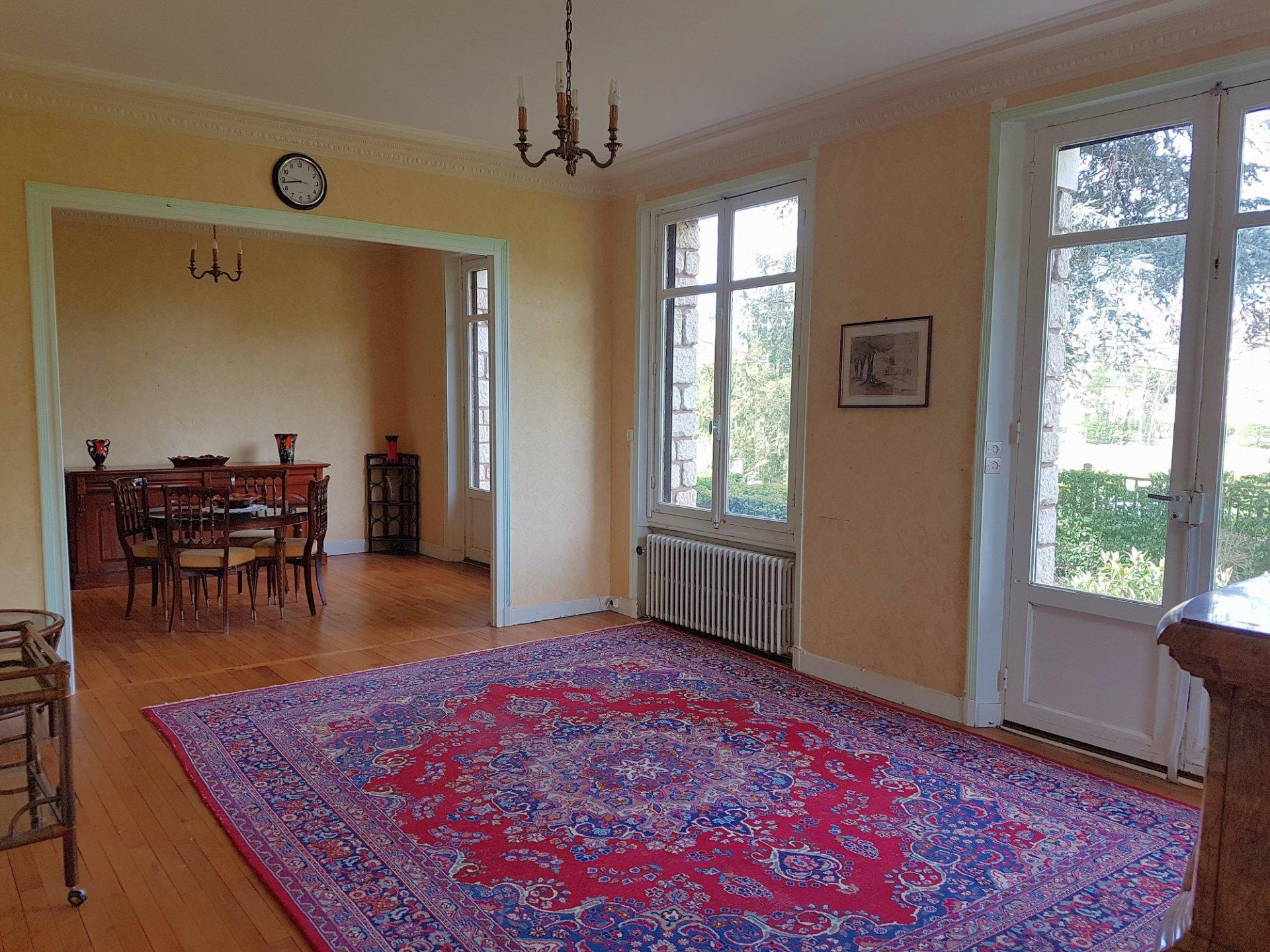 St Savin, Vienne 86: weelderige villa met zicht op de abdij