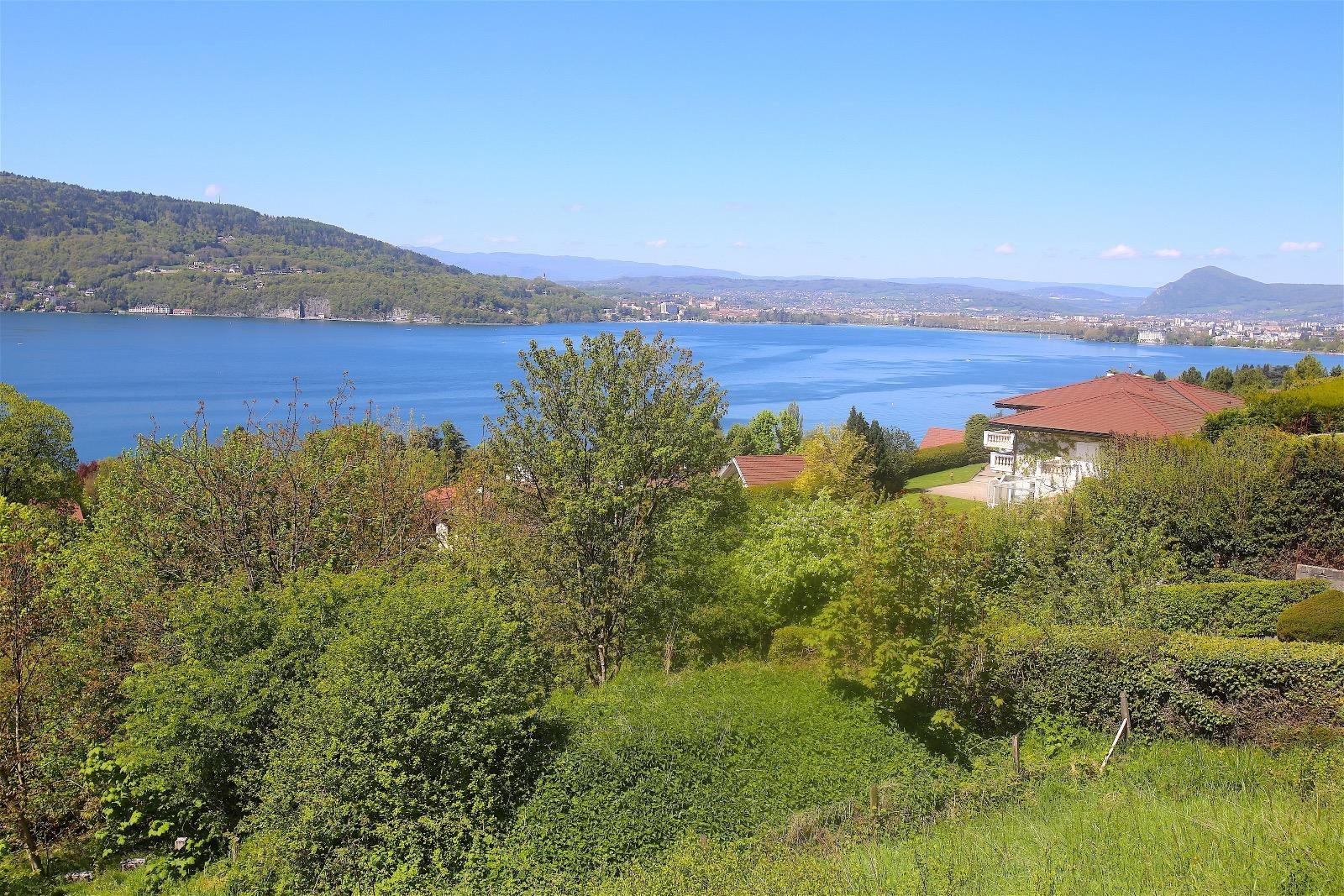V527- En exclusivité a Veyrier du  Lac, sur 1500m2 de terrain environ, villa contemporaine