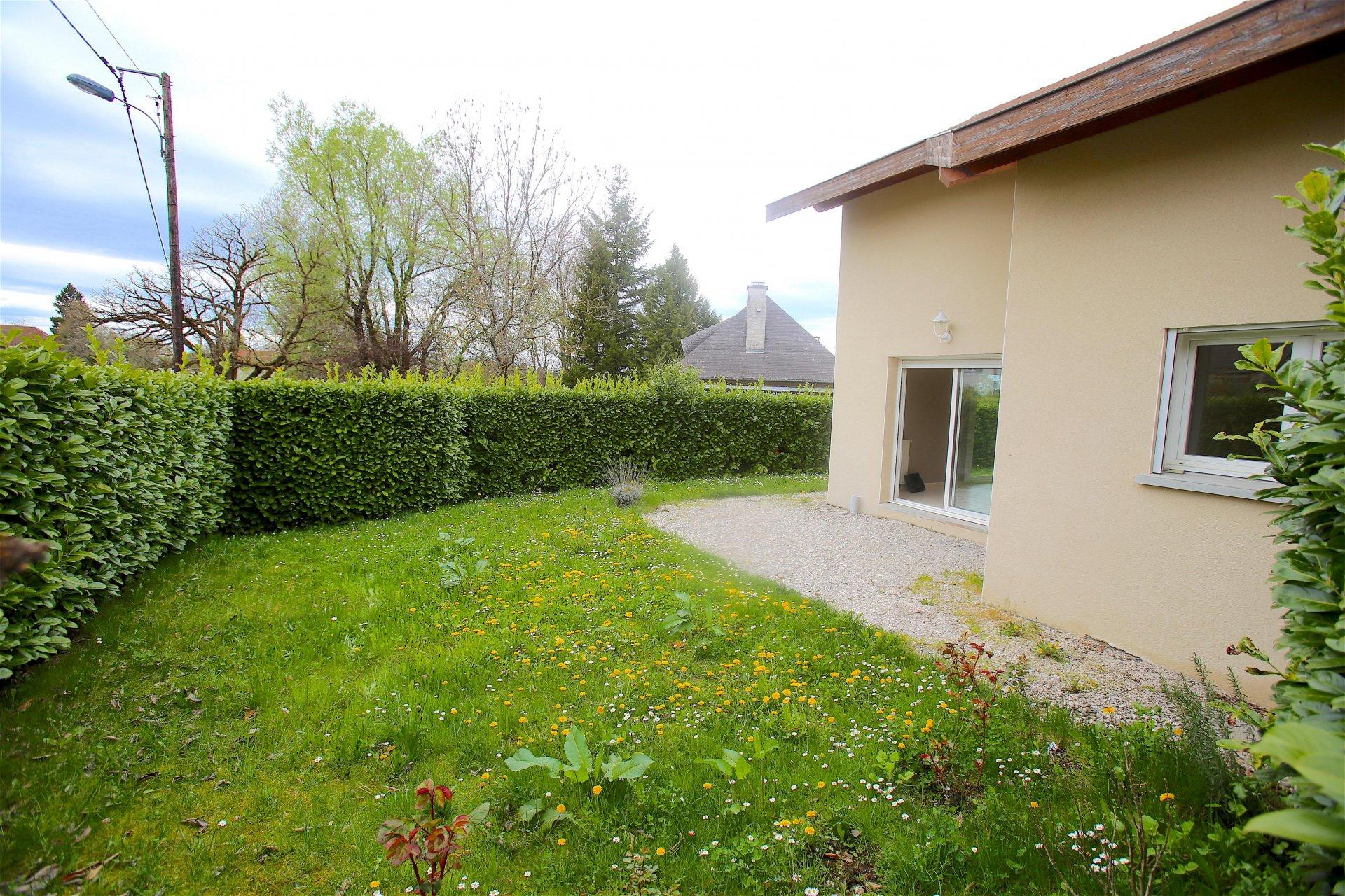 V546- Vieugy, maison avec un beau jardin