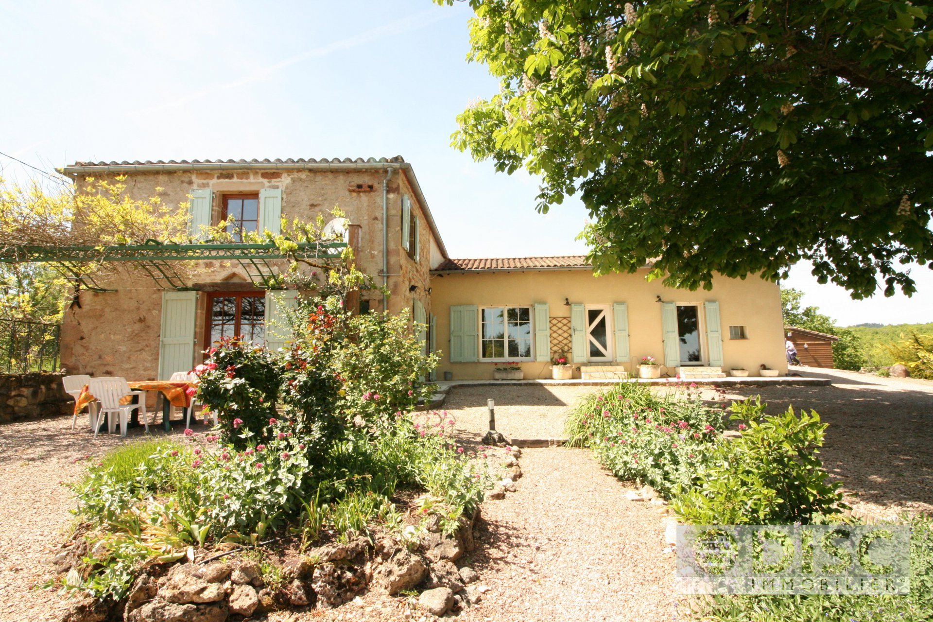 ATTRACTIVE COUNTRY HOUSE WITH LARGE SWIMMING POOL AND SUPERB ELEVATED VIEWS
