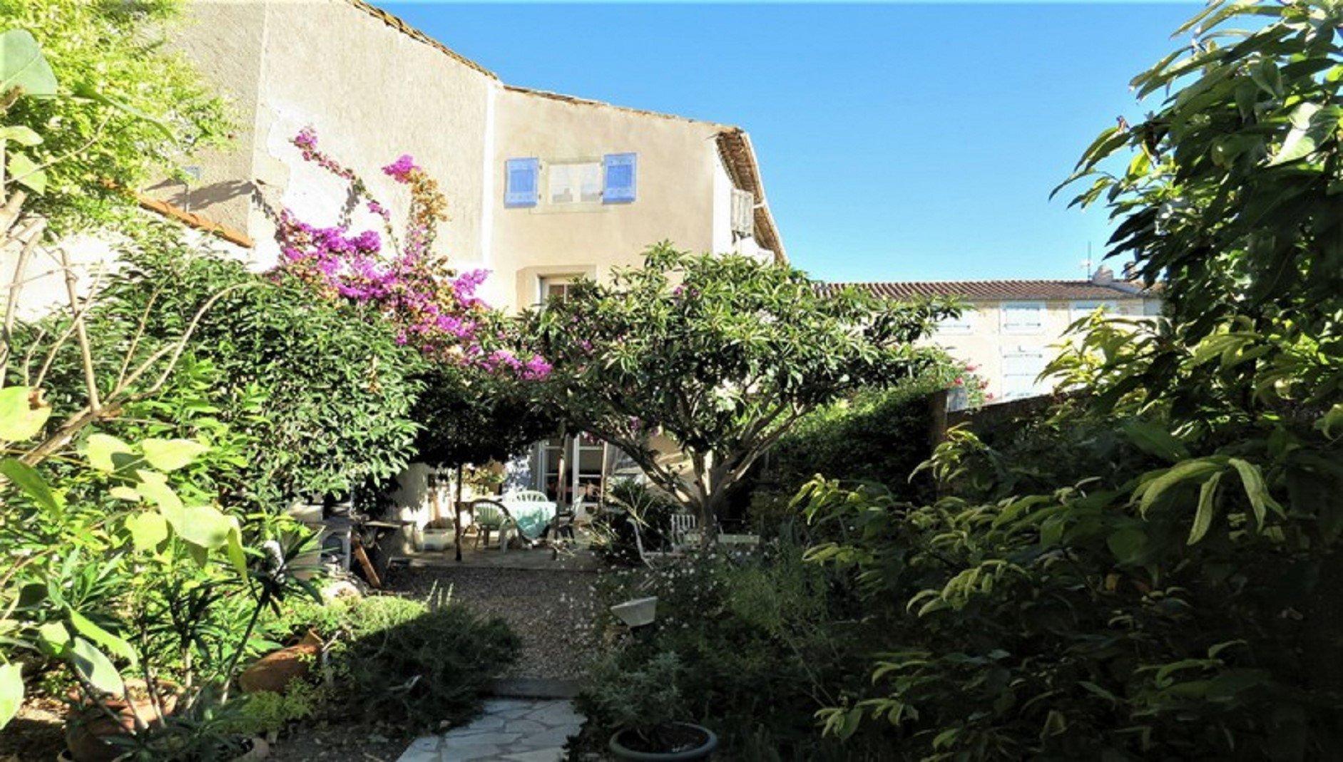 Charmigt byhus med trädgård