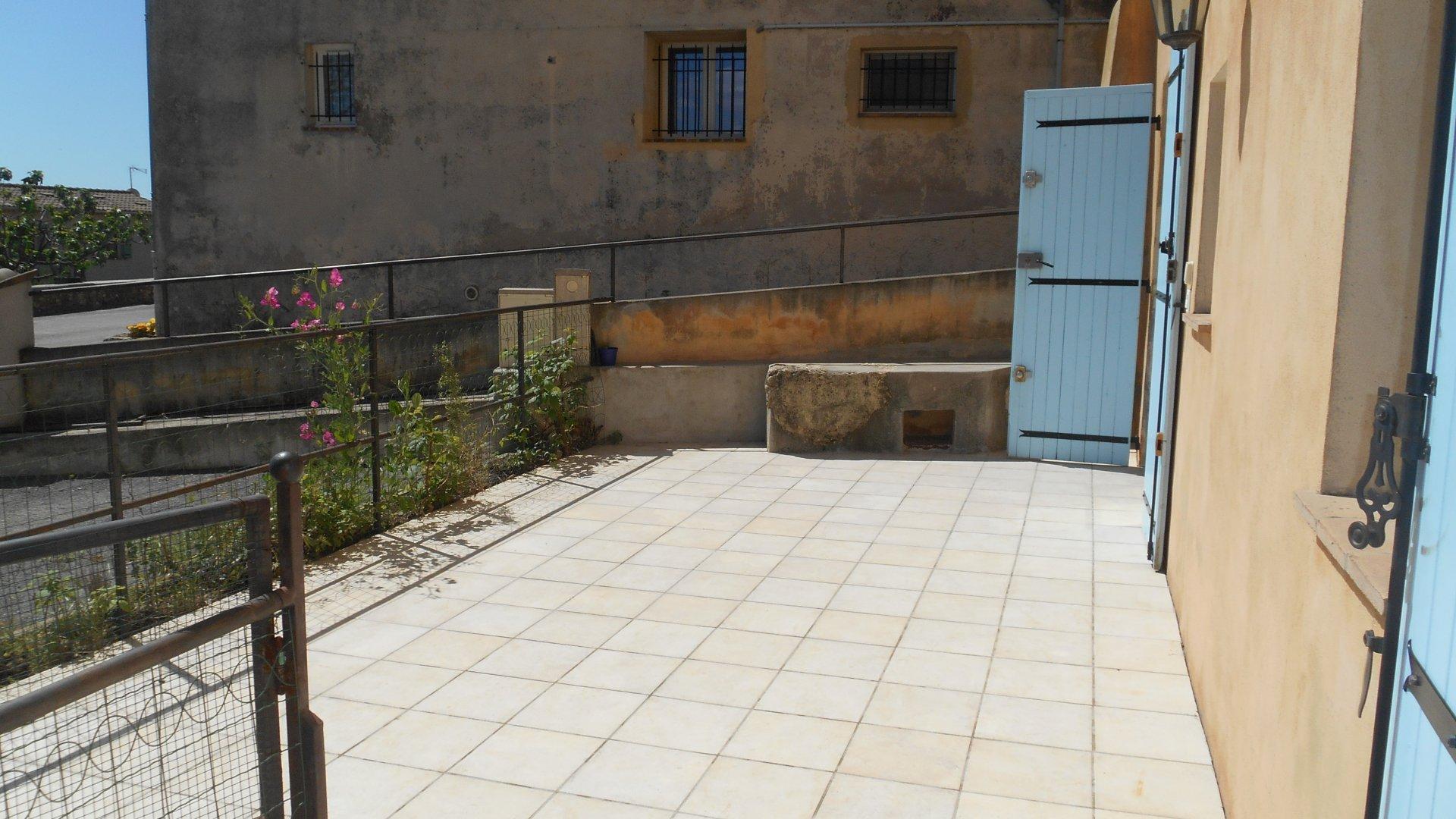 GRASSE SUD - Dans un mas ancien rénové, beau 3 pièces de 96 m²