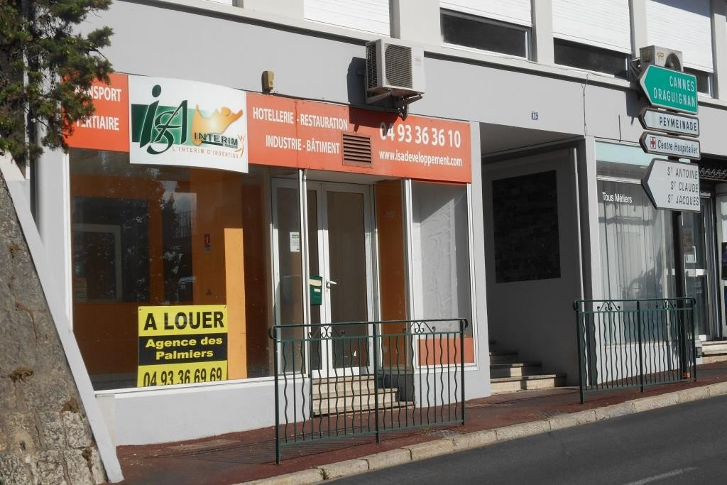 Boulevard Carnot à Grasse : Local d'environ 50 m² avec vitrines