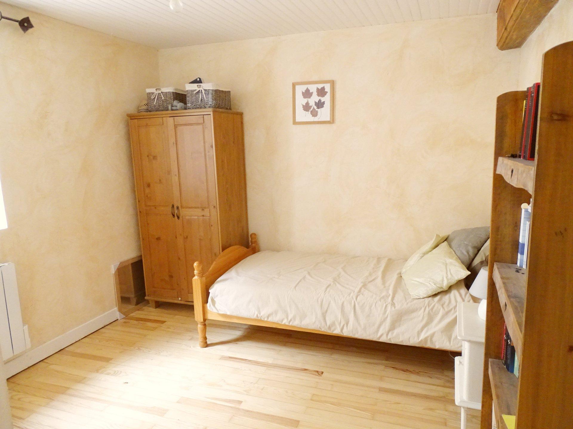 Jullié, au calme absolu, venez découvrir cette belle maison de village rénovée avec soin d'une surface habitable de 107 m² avec une terrasse arborée de 40 m², un garage et une cave. Ce bien dispose d'une belle entrée donnant sur une vaste pièce de vie avec cuisine équipée, de trois chambres, d'une salle d'eau, d'un toilette, ainsi que d'une pièce de 30 m² pouvant être aménagée selon vos besoins. Maison très chaleureuse, soigneusement entretenue, aucun travaux à prévoir. A découvrir sans tarder. Honoraires à la charge du vendeur.