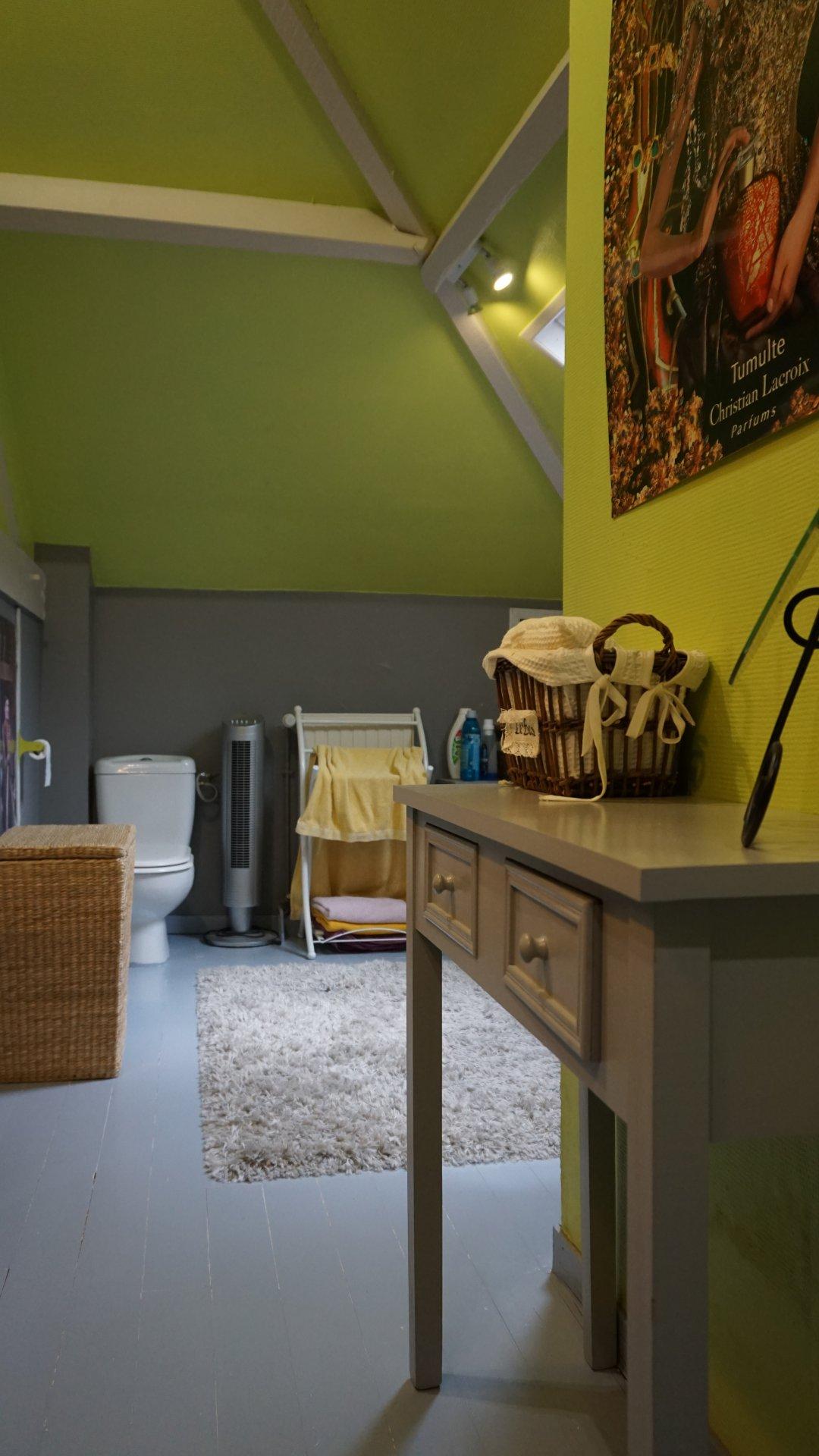 PAYS D'AUGE - CALVADOS  A LIVAROT une maison de ville avec un jardin une chambre au rez-de-chausséer avec un jardin