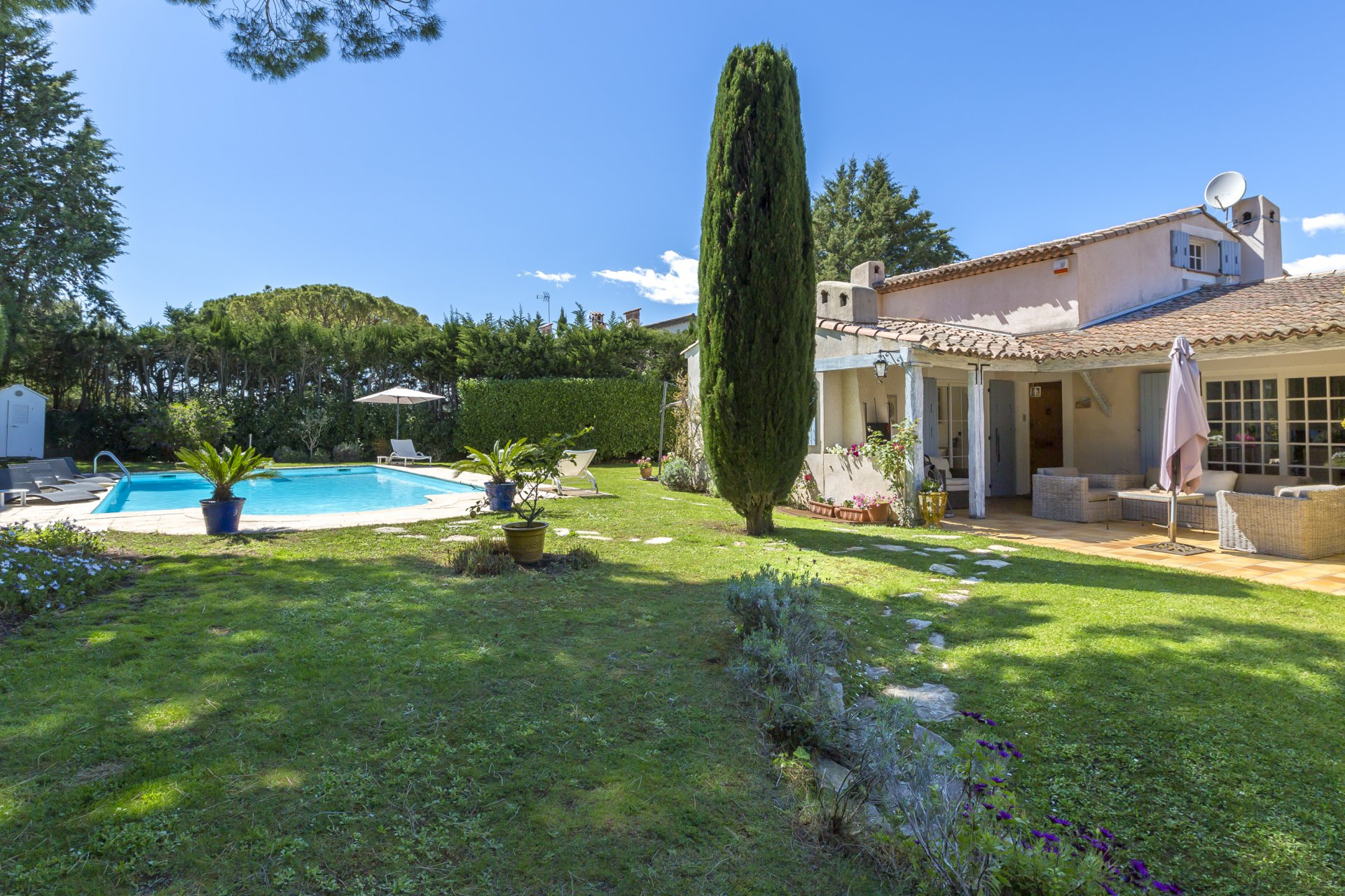 Antibes: Classic, 5-bed Provençal villa with 2-bed guest apartment