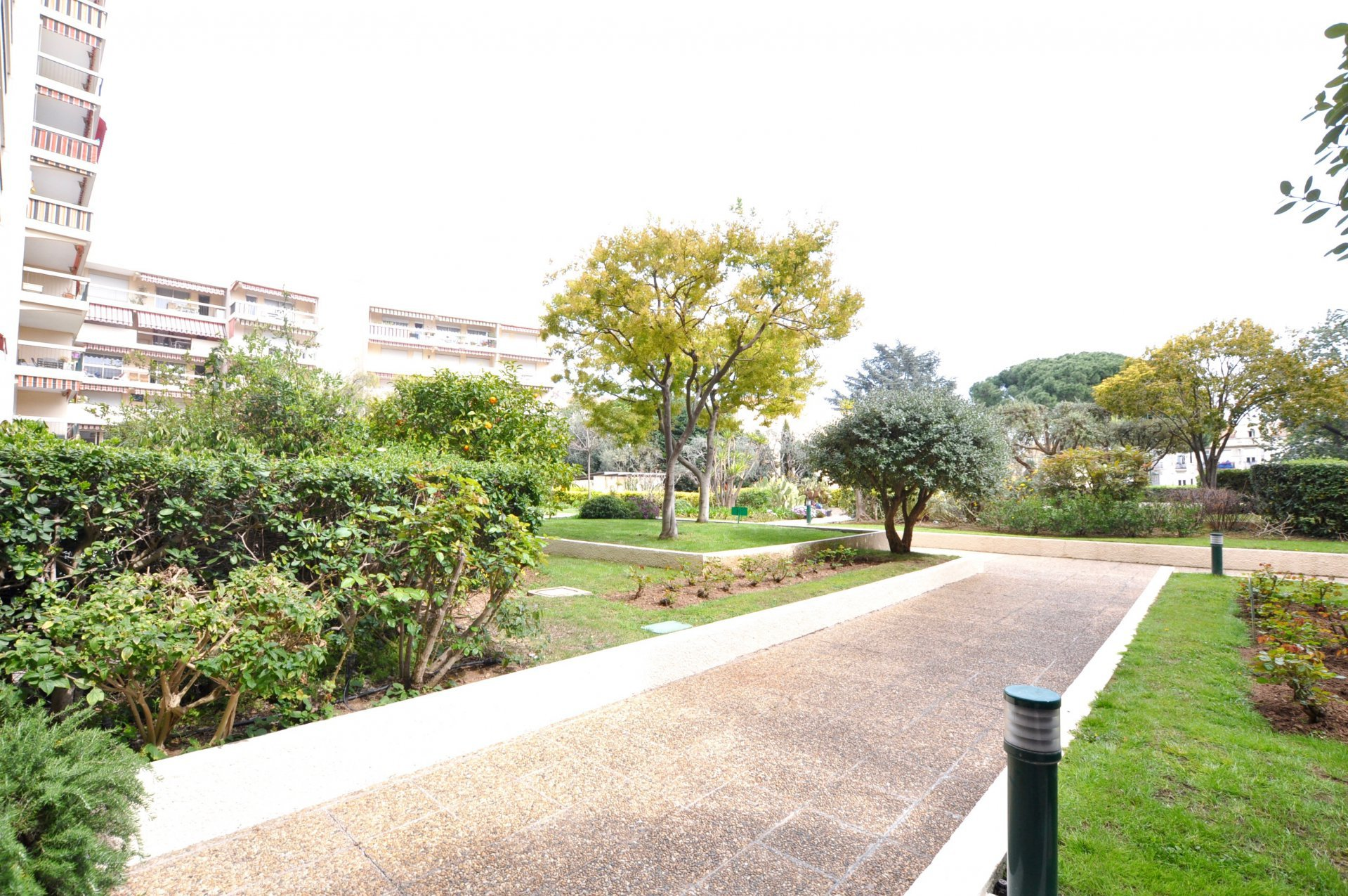 GOLFE JUAN CENTRE: GRAND STUDIO TERRASSE PARKING