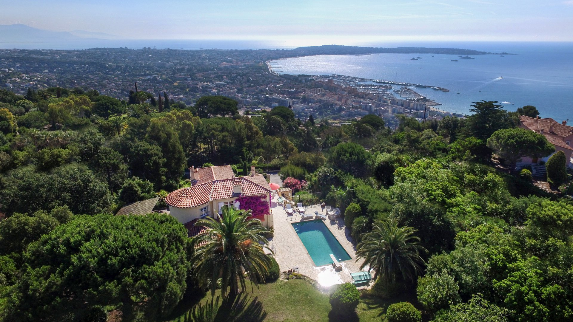 SUPER CANNES - IN A RESIDENTIAL AREA - PROPERTY INCLUDING 2 VILLAS