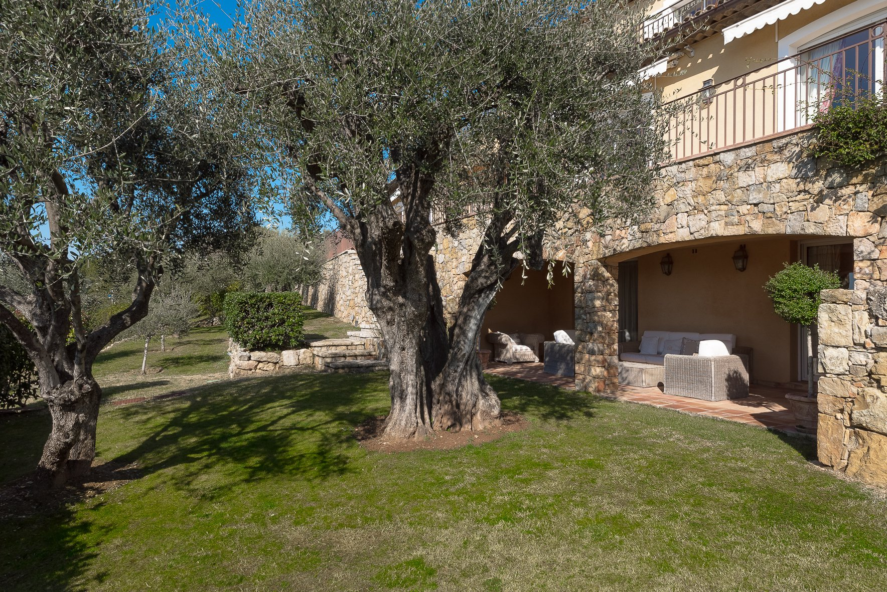 ON THE HEIGHTS OF CANNES - DELICIOUS CLASSIC PROVENCAL STYLE STONE VILLA