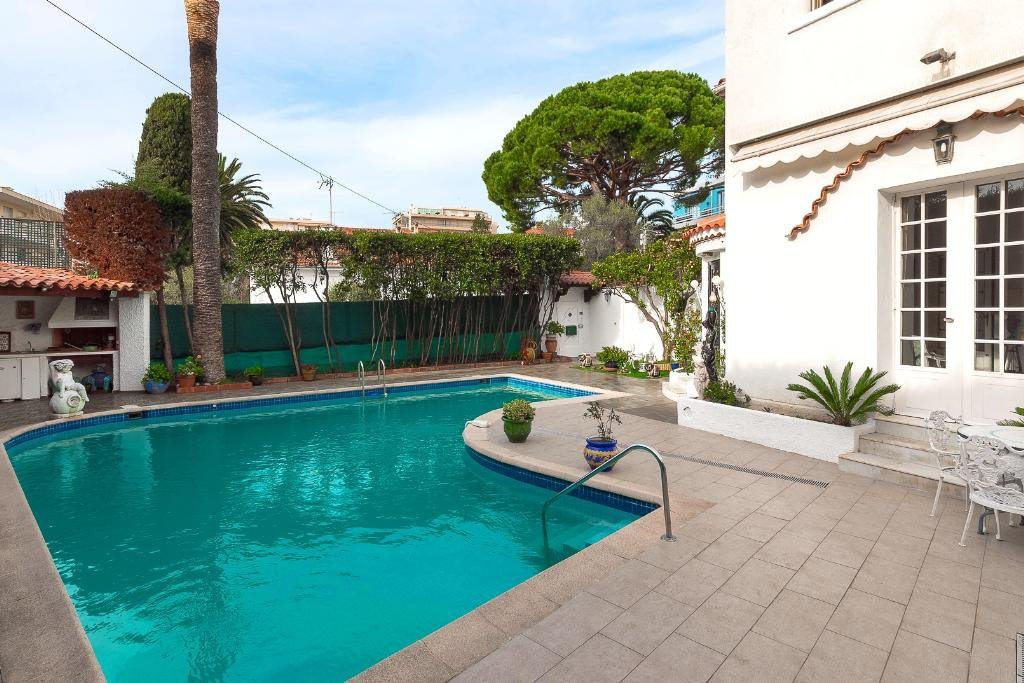 CANNES CENTRE - ELEGANT BOURGEOISE AND CONFORTABLE VILLA