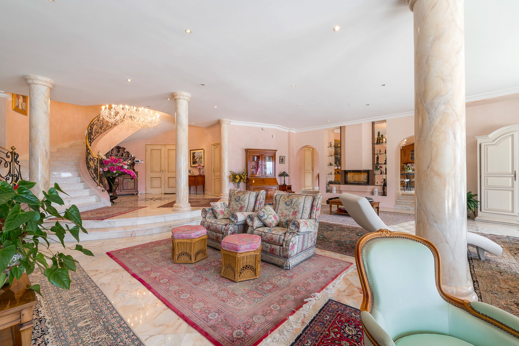 BETWEEN GRASSE AND CANNES - BEAUTIFUL PROPERTY BUILT ON A GREEN PARK