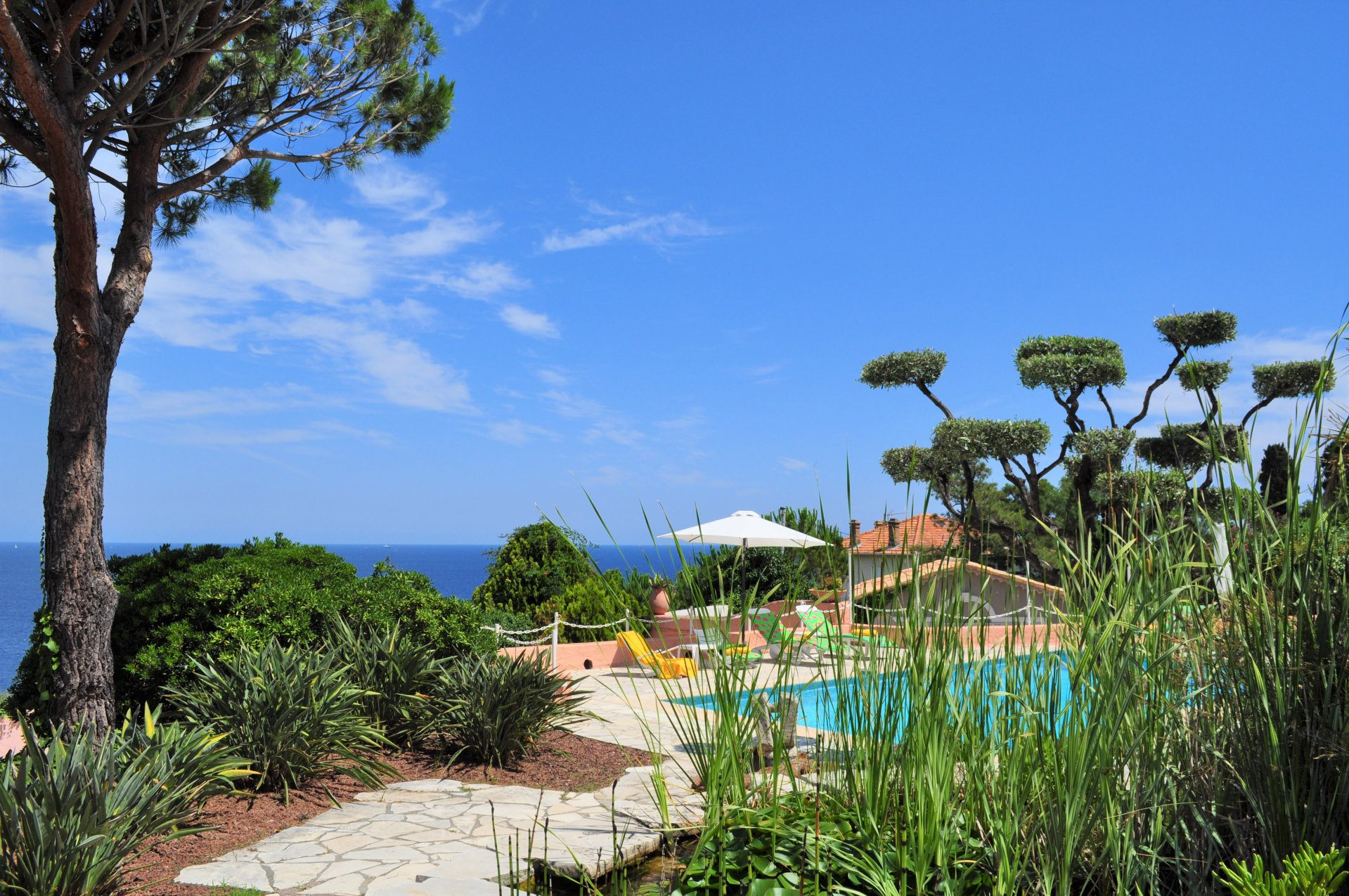 LE TRAYAS - VILLA VERY BRIGHT WITH PANORAMIC SEA VIEW