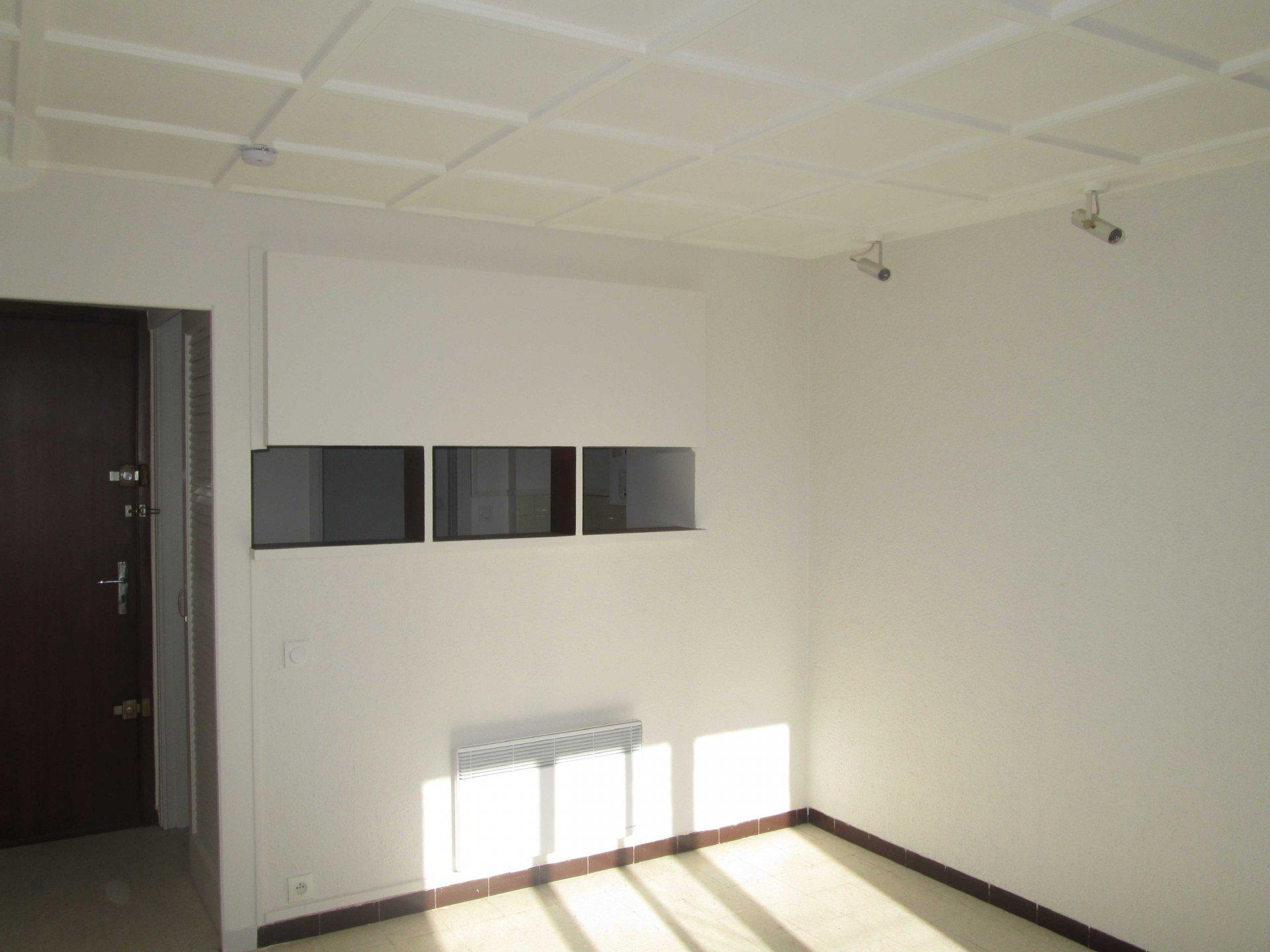 A louer beau studio de 28m2 au 4ème étage avec balcon 13004 Marseille
