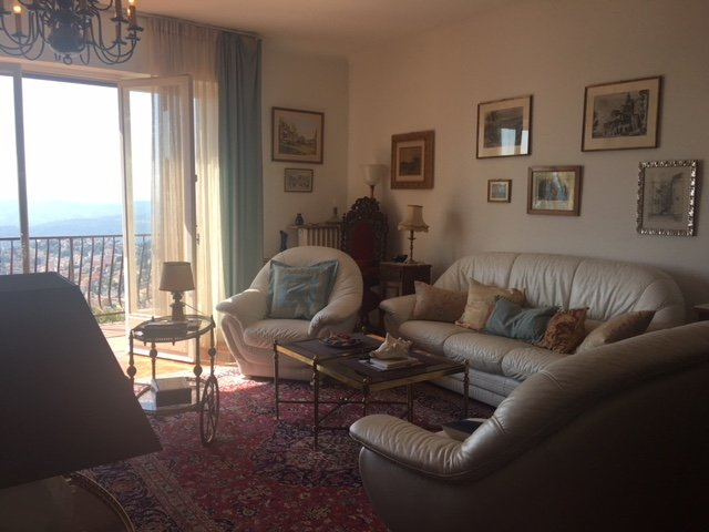 Sur les hauteurs en position dominante villa composée de 2 appartements