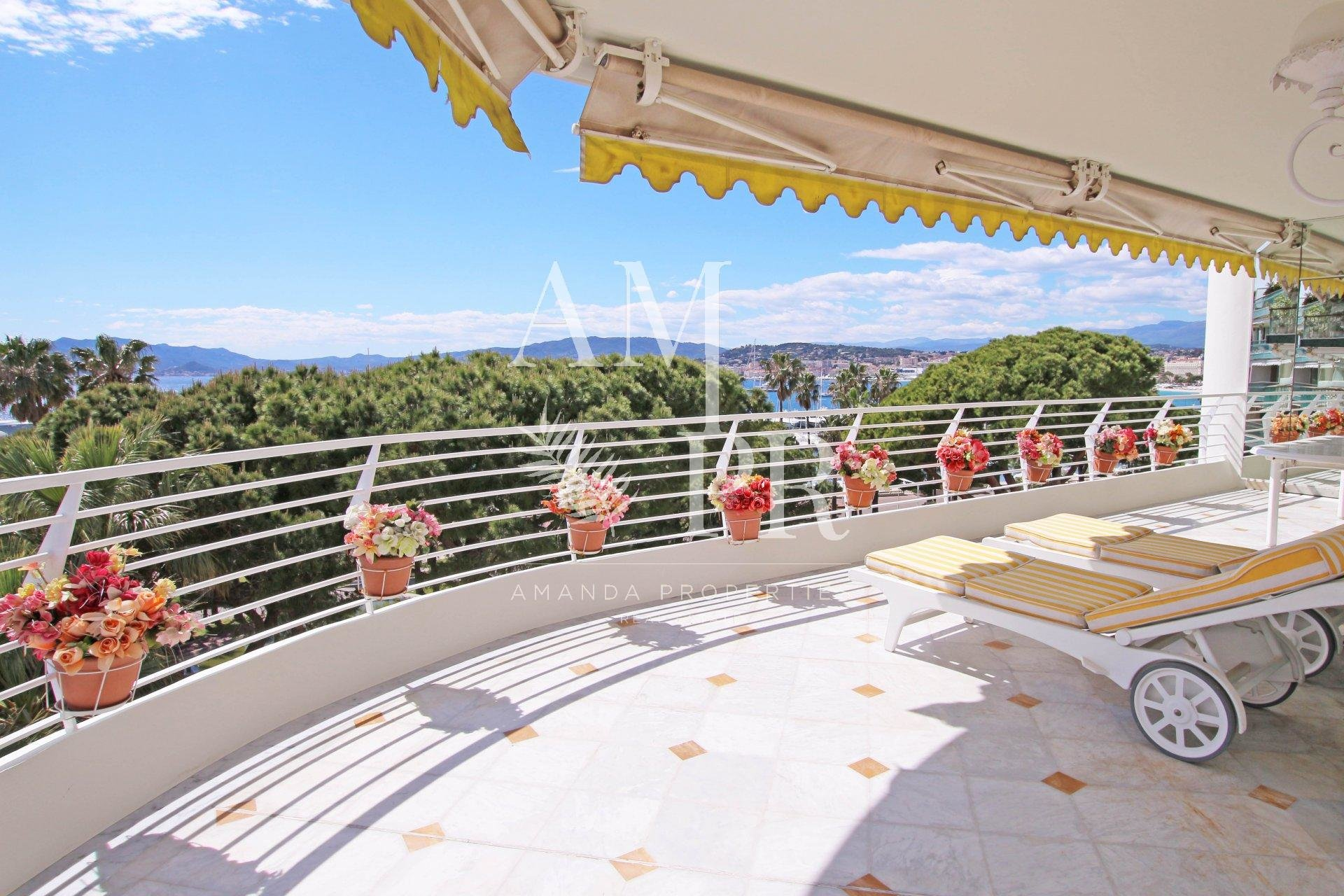 Outstanding 160 sqm apartment on the Croisette with panoramic sea view