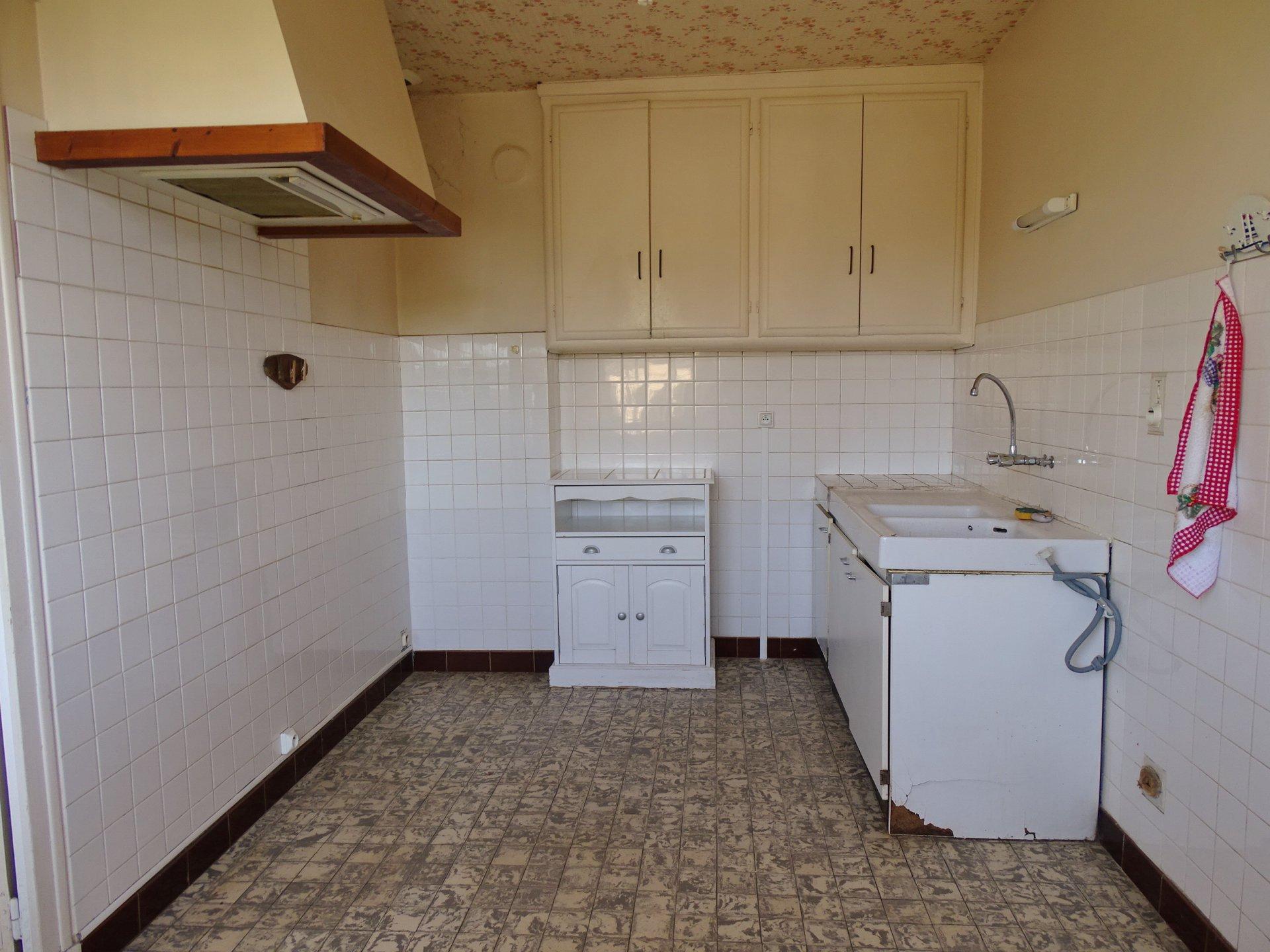 En exclusivité nous vous proposons cette maison à rafraîchir située quartier bel horizon. Elle dispose actuellement d'une salle à manger ouverte sur le salon et une cuisine indépendante mais séparée par une simple cloison. L'espace nuit dessert 2 chambres, la salle de douche ainsi que les toilettes. En dessous vous bénéficiez d'un grand garage ainsi que de 3 petites pièces pouvant servir de cuisine d'été, d'atelier, d'une chambre d'amis ou bien d'un bureau. Cette maison des année 50 est sur un joli petit terrain de 373 m² entièrement clos. Honoraires à la charges des vendeurs