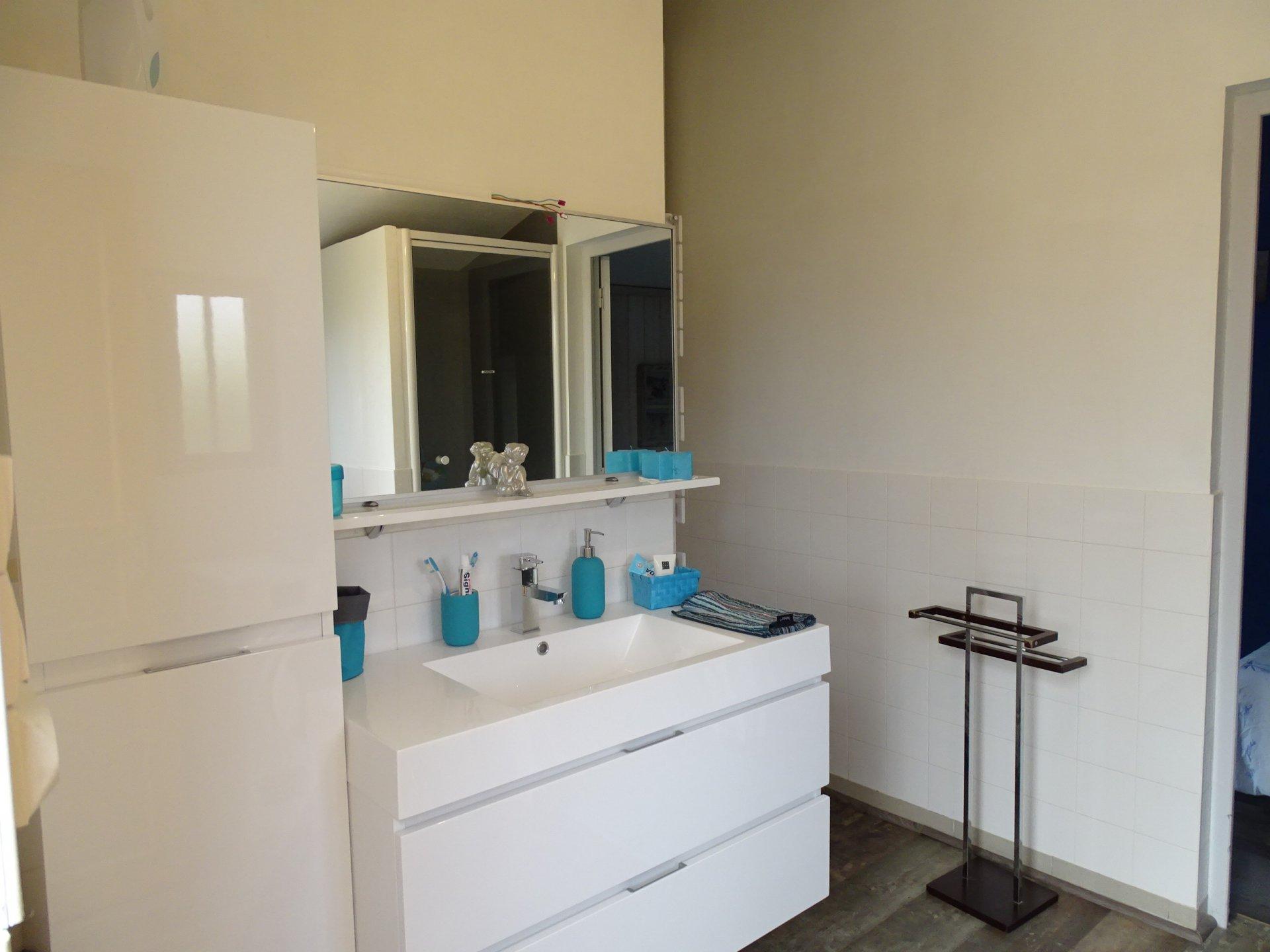 Vinzelles, proche de la gare Loché et à proximité de tous les commerces et commodités, venez découvrir cette belle villa de plain pied en très bon état offrant une surface habitable de 110 m² environ. Cette maison se compose d'une vaste pièce de vie avec cheminée à insert, d'une cuisine meublée et équipée, d'une véranda avec climatisation réversible, de deux chambres, d'une salle de bains, d'une salle d'eau, de deux toilettes, d'une chaufferie, et d'une cave. Un garage double complète ce bien permettant de créer une chambre supplémentaire. Cette maison aux nombreux atouts et très bien entretenue est implantée sur un terrain clos et arboré de 1000 m². A visiter sans tarder. Honoraires à la charge du vendeur