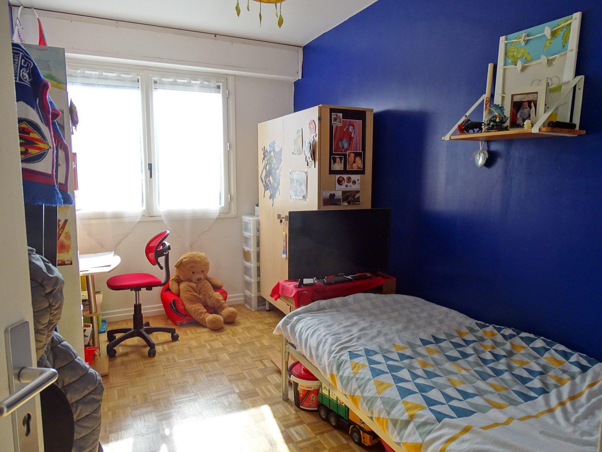 SOUS COMPROMIS DE VENTE. Très lumineux et profitant d'un balcon bien exposé, cet appartement de 80,20 m² offre un séjour agréable ouvert sur une cuisine semi-équipée. L'espace nuit offre 3 chambres de 11 à 12 m² avec des placards intégrés. Vendu avec cave et garage, ce bien immobilier est situé dans une résidence au calme et entourée de verdure. A voir. Bien soumis au régime de la copropriété situé dans un immeuble de 12 lots. Charges courantes mensuelles de 159 ? environ incluant le chauffage. Honoraires à la charge des vendeurs.