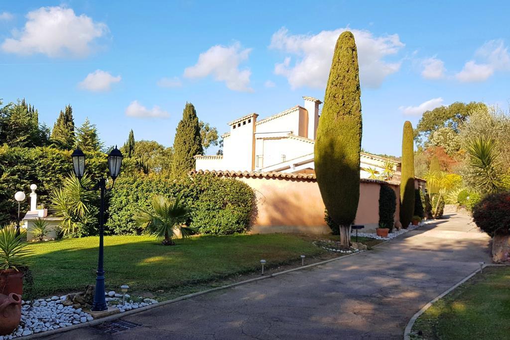 MOUGINS - SUPERB PROVENCAL HOUSE