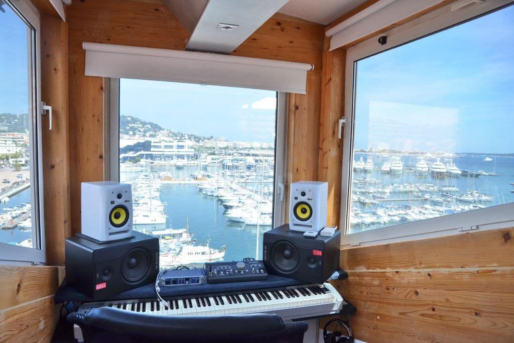 CANNES VIEUX PORT - DUPLEX APARTMENT ON TOP FLOOR