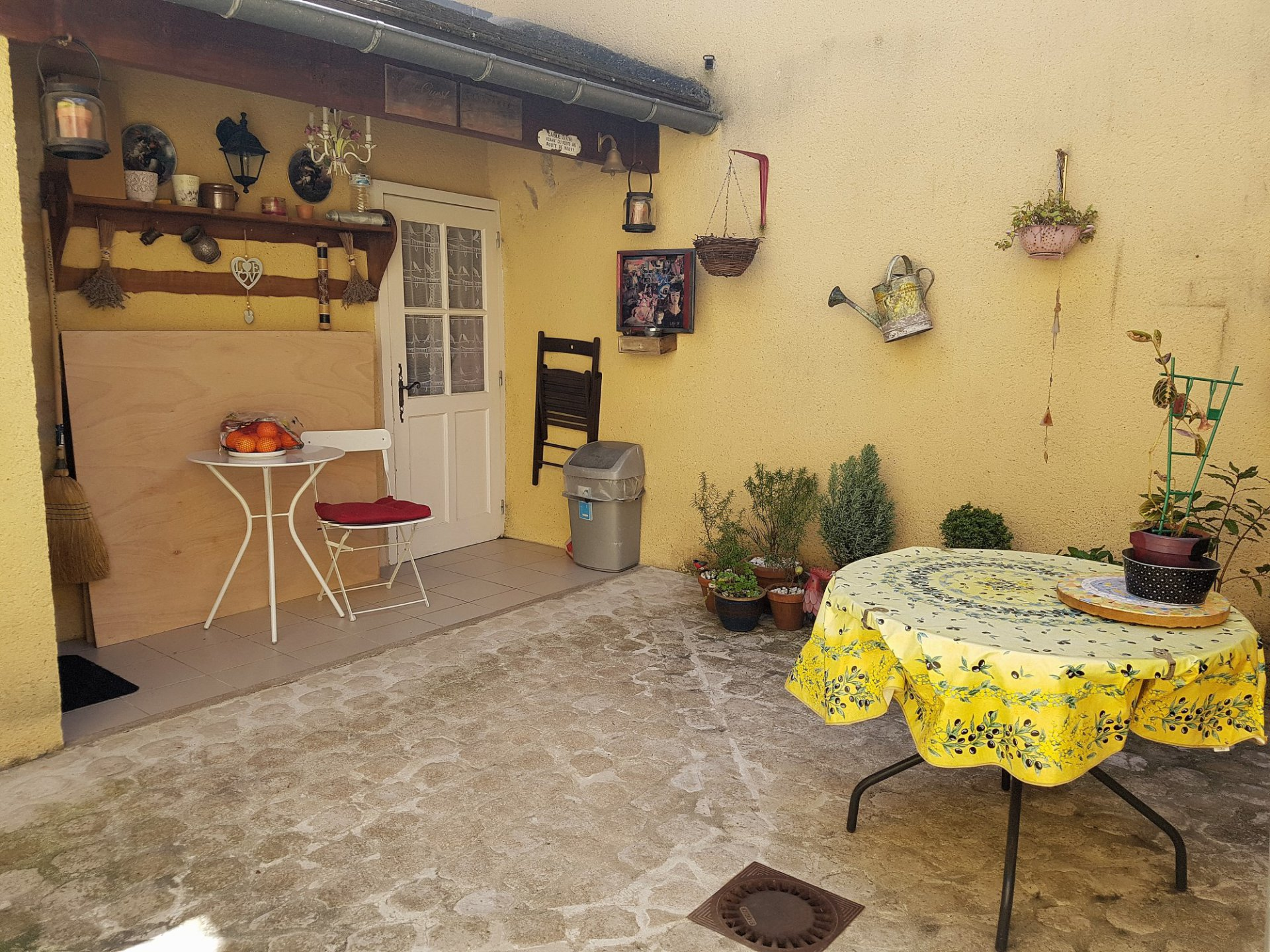 Vienne (86), La Trimouille: house with lovely courtyard