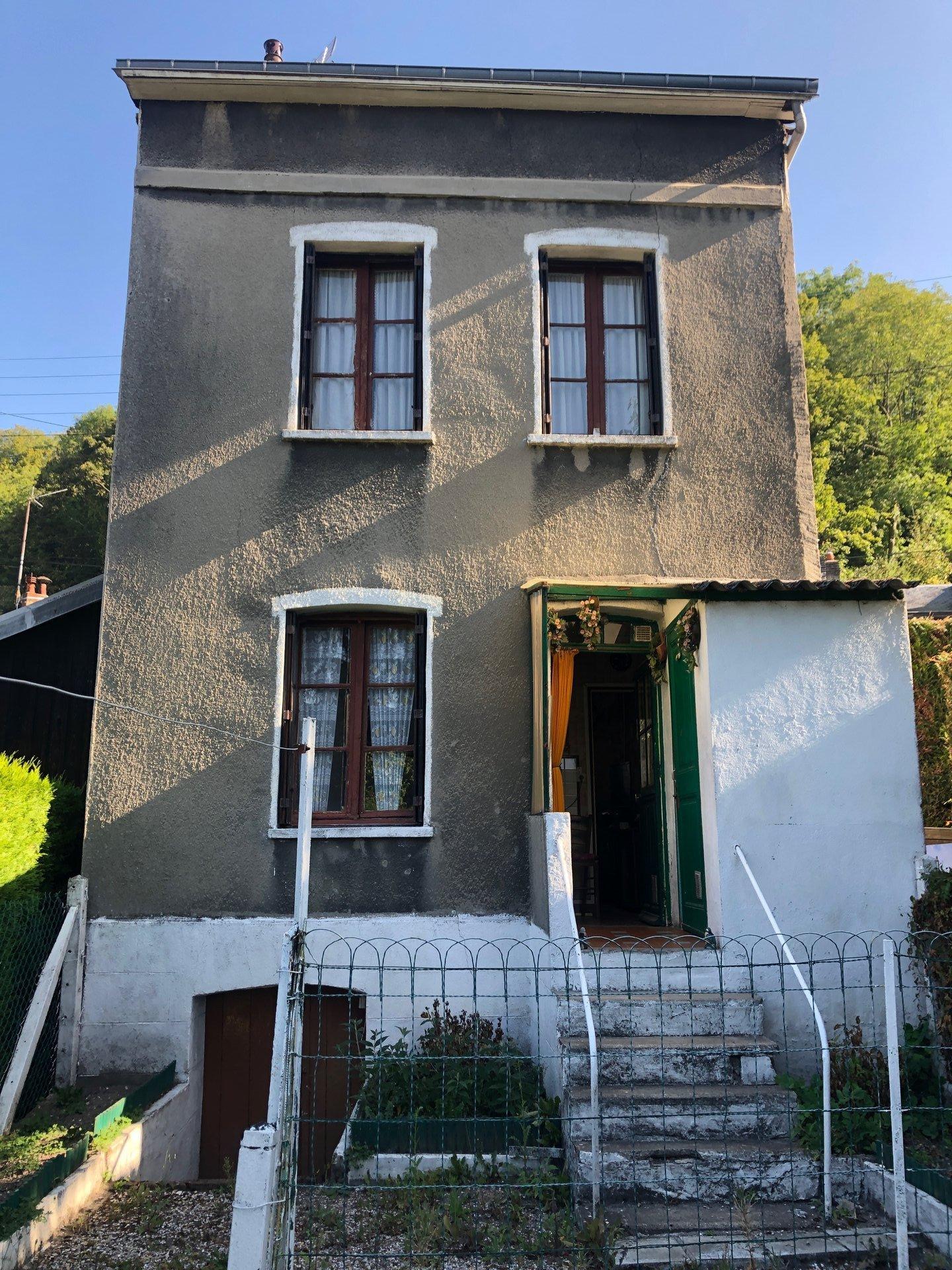 Maison individuelle à rénover au centre de St léger du Bourg Denis.