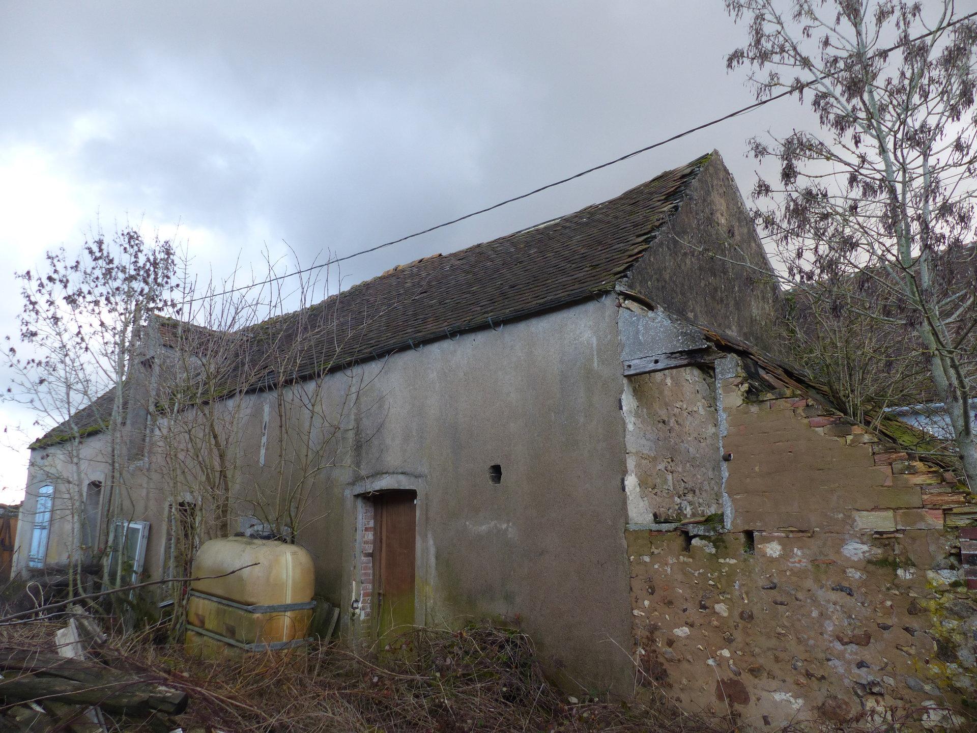 Ancien corps de ferme à proximité de CHEROY, limite Seine et Marne