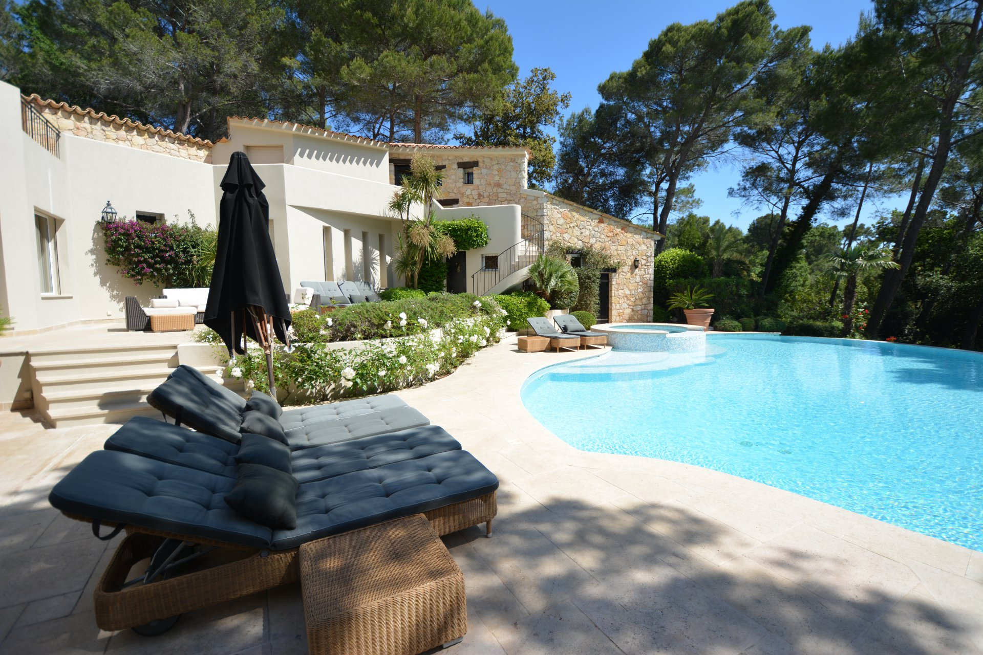 Charming villa in private domain - Mougins