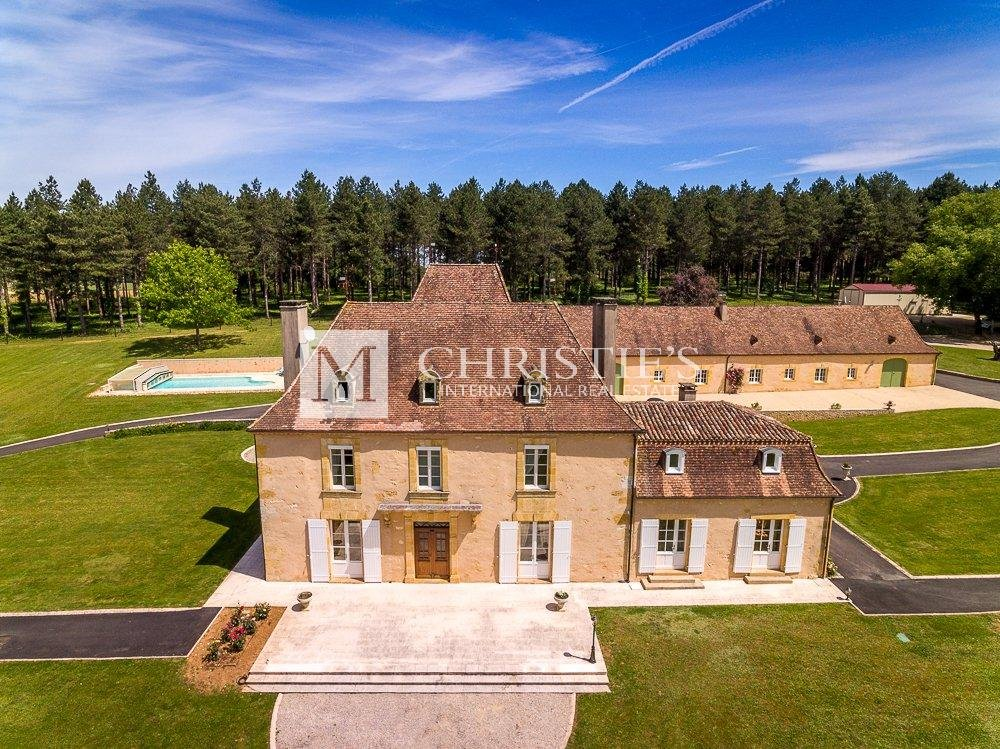 Immaculate manor house with pool, lake, stables and garaging
