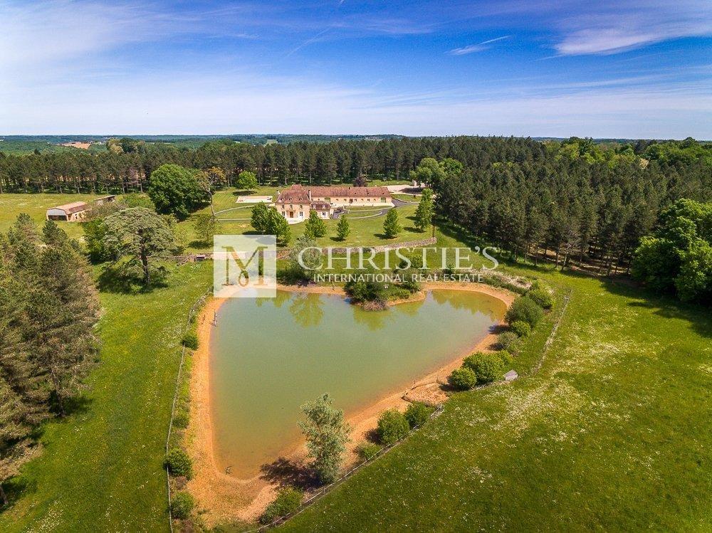Superbe domaine en Dordogne avec manoir, piscine, lac et écuries
